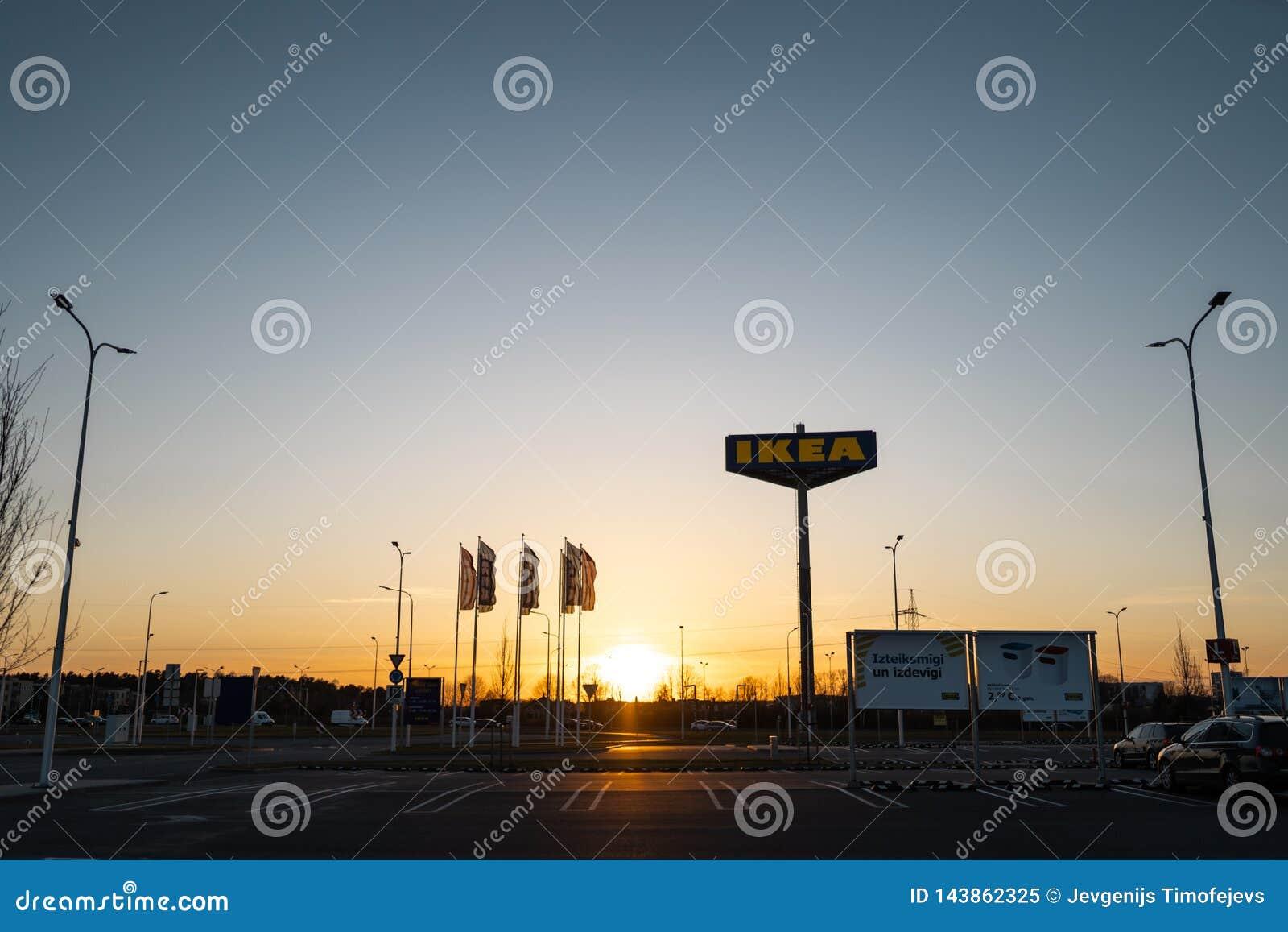 RIGA, LETONIA - 3 DE ABRIL DE 2019: Muestra de la marca de IKEA durante la tarde oscura y viento - cielo azul en el fondo