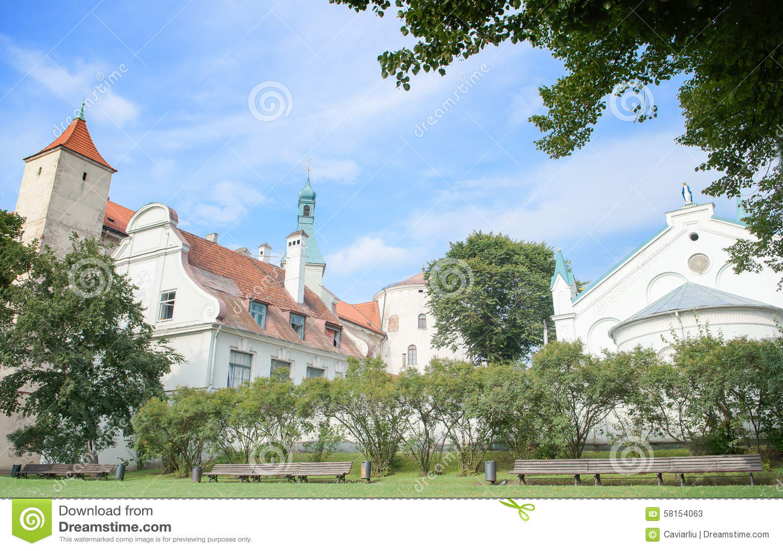 Riga, Letonia - 10 de agosto de 2014 - la vista pintoresca del castillo de Riga (la residencia del presidente de Letonia) con la