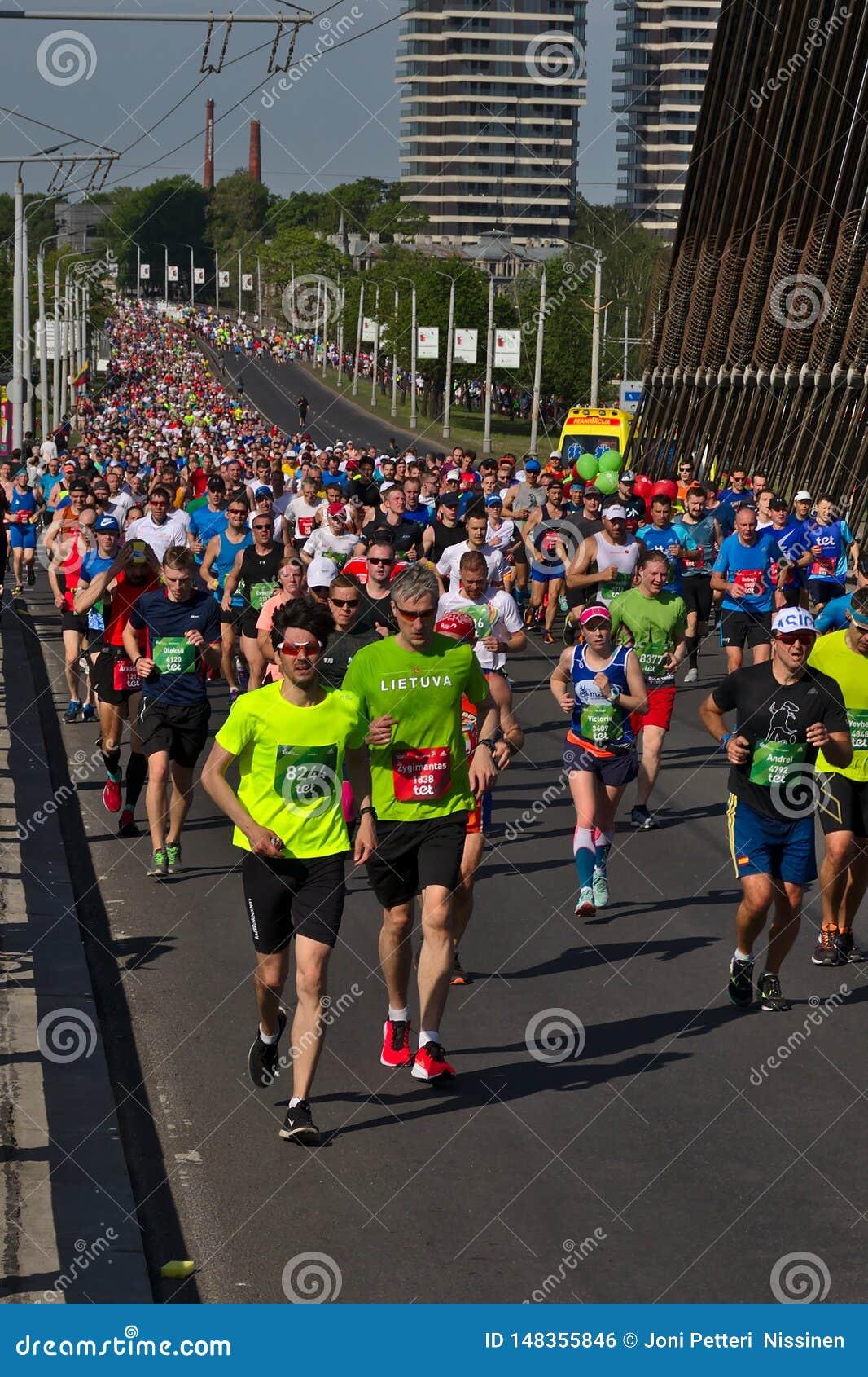 Riga, Letonia - 19 de mayo de 2019: Corona grande del marat?n que corre hasta el puente de Vansu