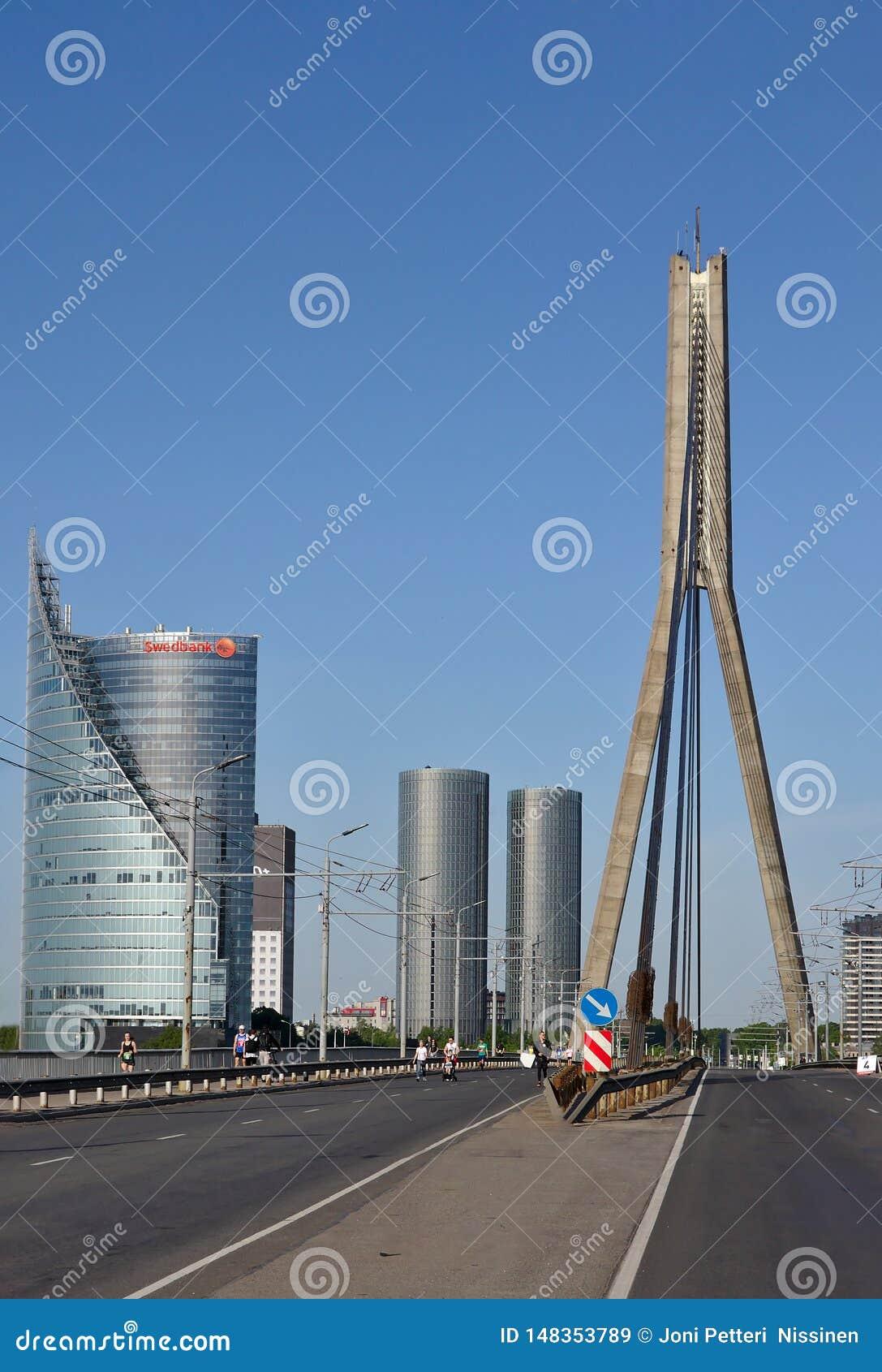 Riga, Letonia - 19 de mayo de 2019: Swedbank fotografi? del centro del puente de Vansu