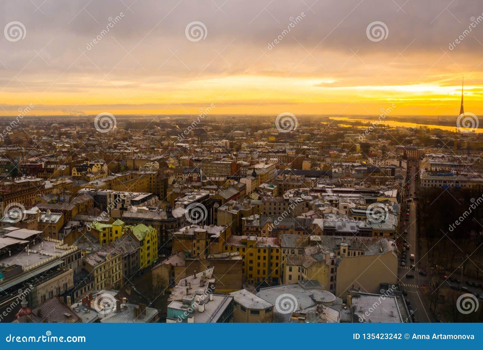 Riga, Lettland: Ansicht von Riga von der Aussichtsplattform Schöne Draufsicht der Stadt bei Sonnenuntergang
