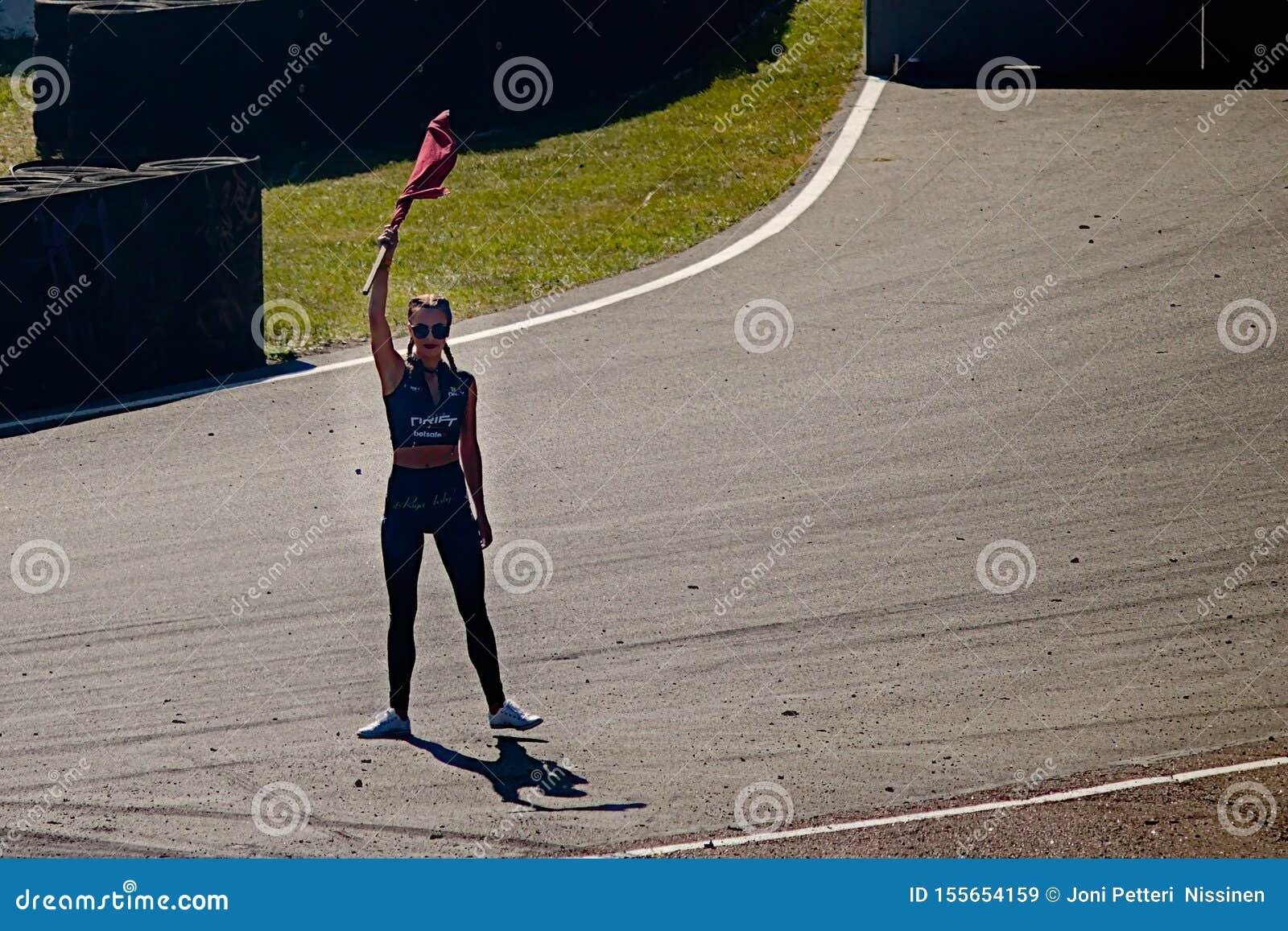 Riga, Lettland - 2. August 2019 - attraktive Frau mit einer Flagge den Laufsieger bestimmend