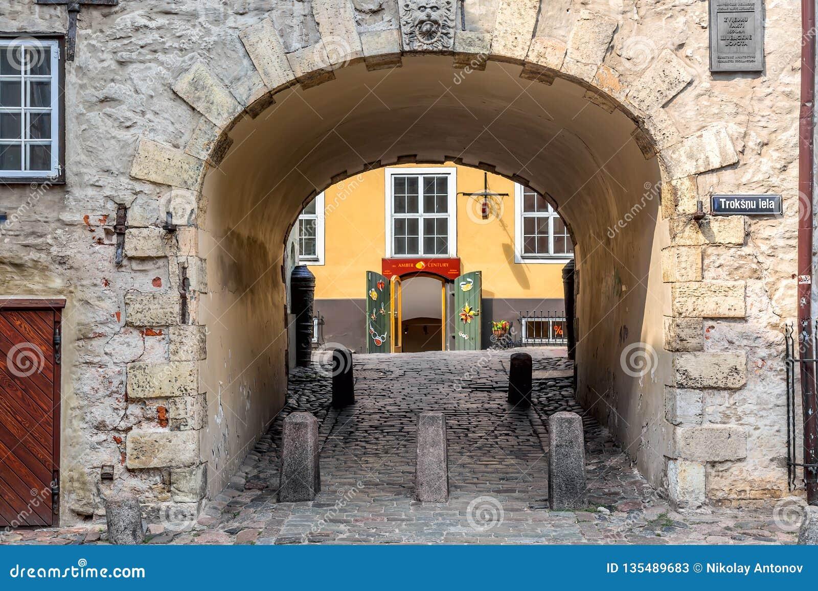 Riga, Lettland - Juli 2018: Schwedisches Tor in der alten Stadt von Riga Alter Bogen des schwedischen Tors auf Troksnu-Straße in