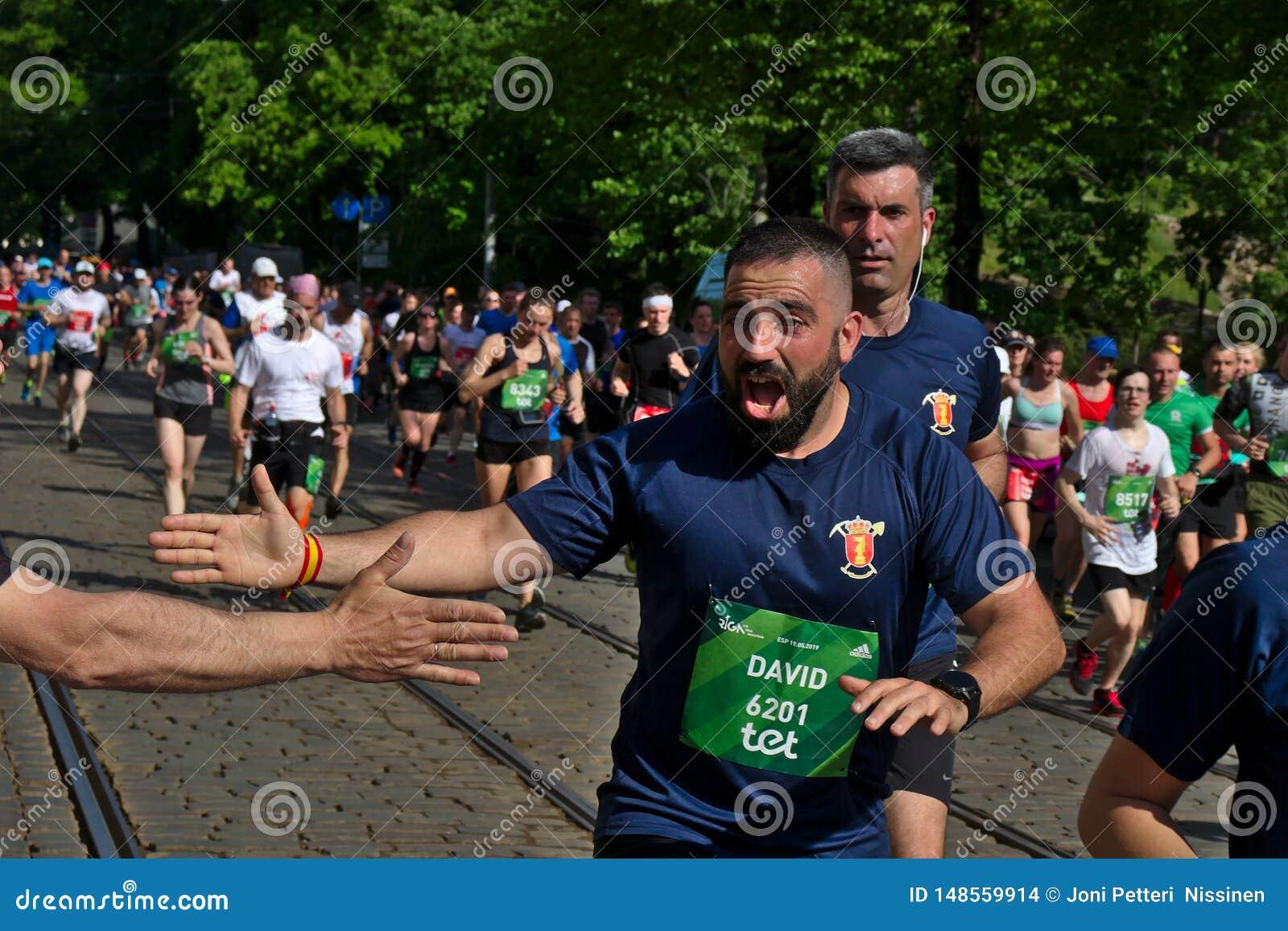 Riga, Lettland - 19. Mai 2019: Spanischer bärtiger Mann begeistert, um hoch fünf für Zuschauer zu geben