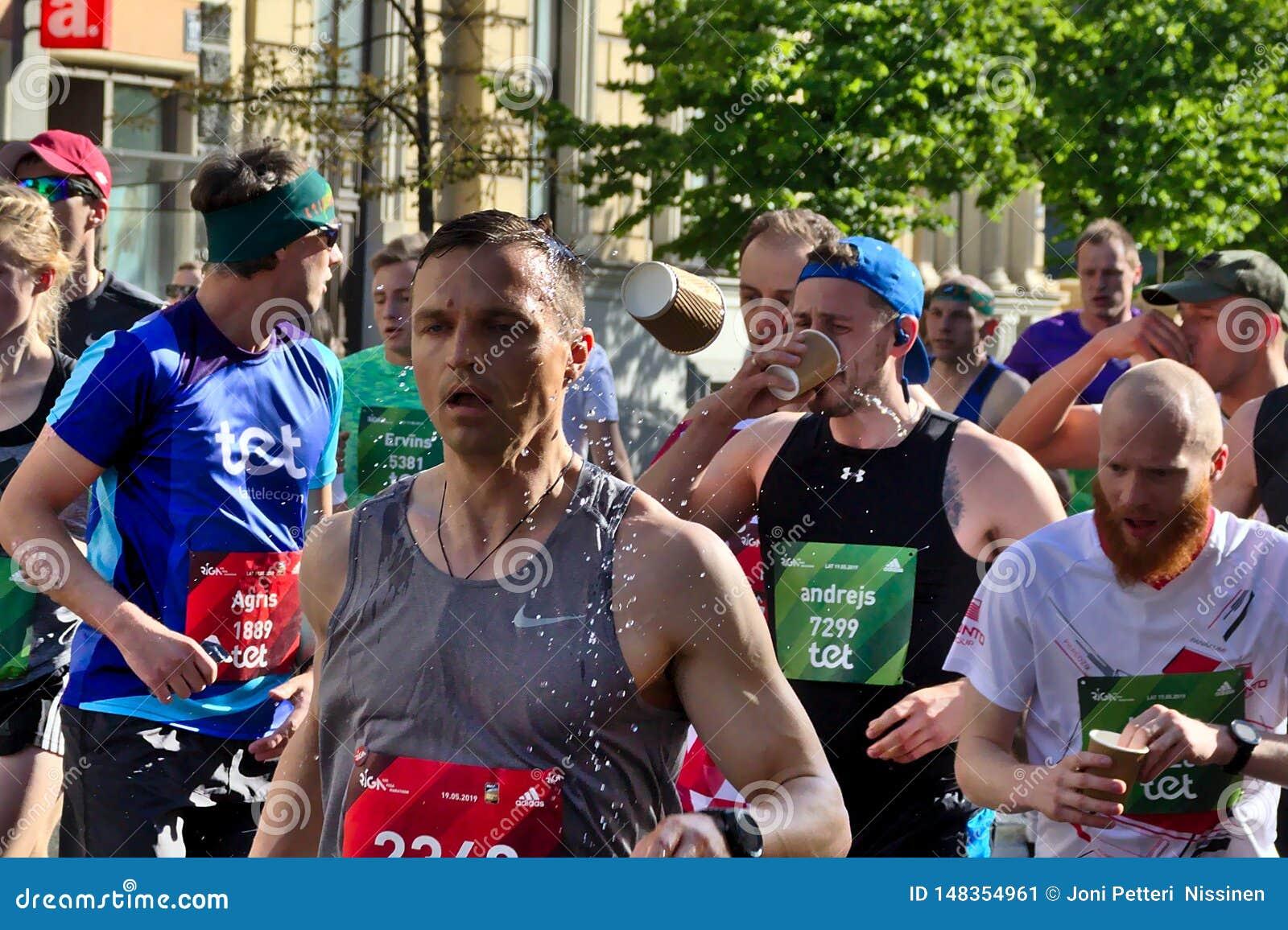 Riga, Lettland - 19. Mai 2019: Trinkwasser der Marathonläufer in der großen Menge