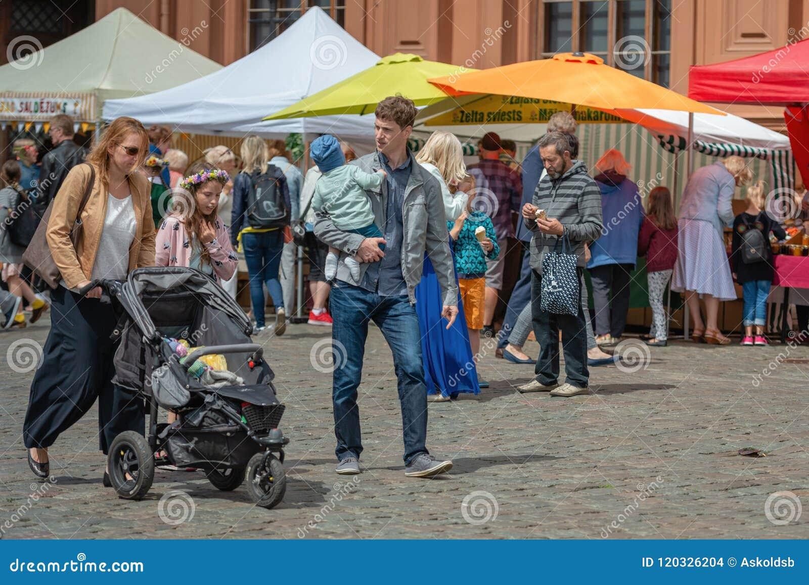 RIGA, LETTONIA - 22 GIUGNO 2018: Mercato di solstizio di estate Spirito della famiglia