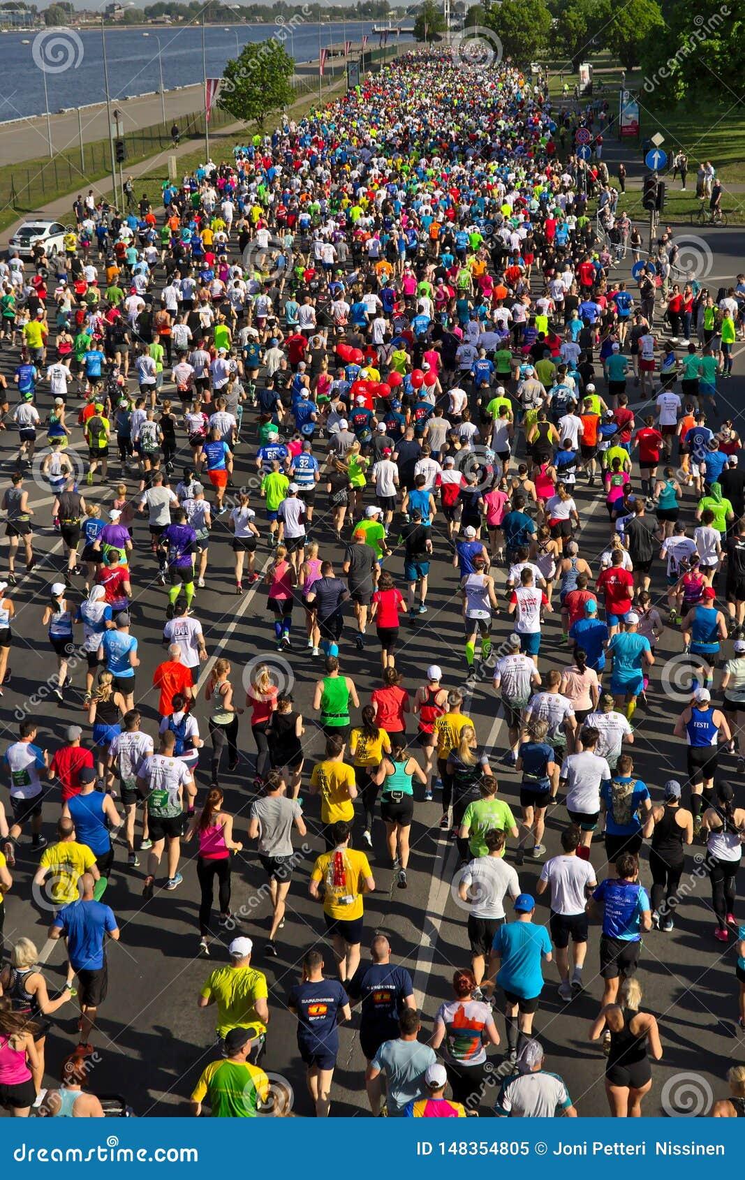 Riga, Lettonia - 19 maggio 2019: Corridori maratona di Riga TET che corrono dalla linea di inizio