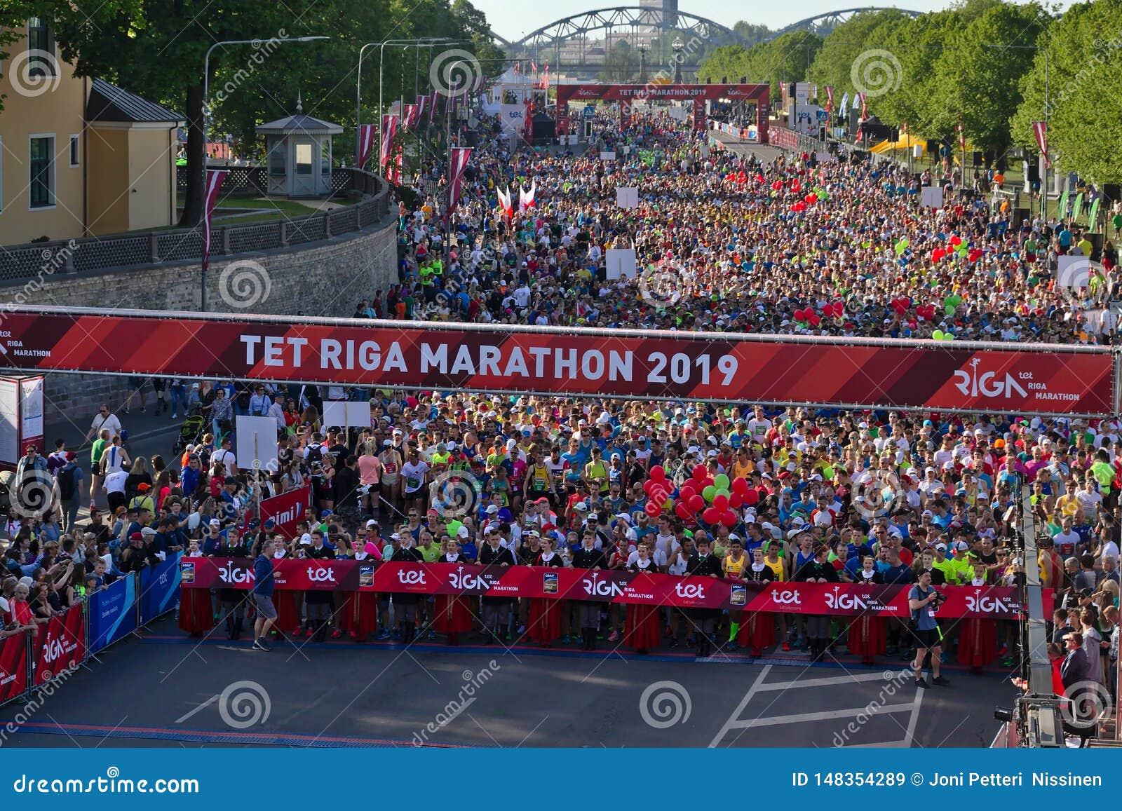 Riga, Lettonia - 19 maggio 2019: Partecipanti della maratona di Riga TET che fanno la coda alla linea di inizio