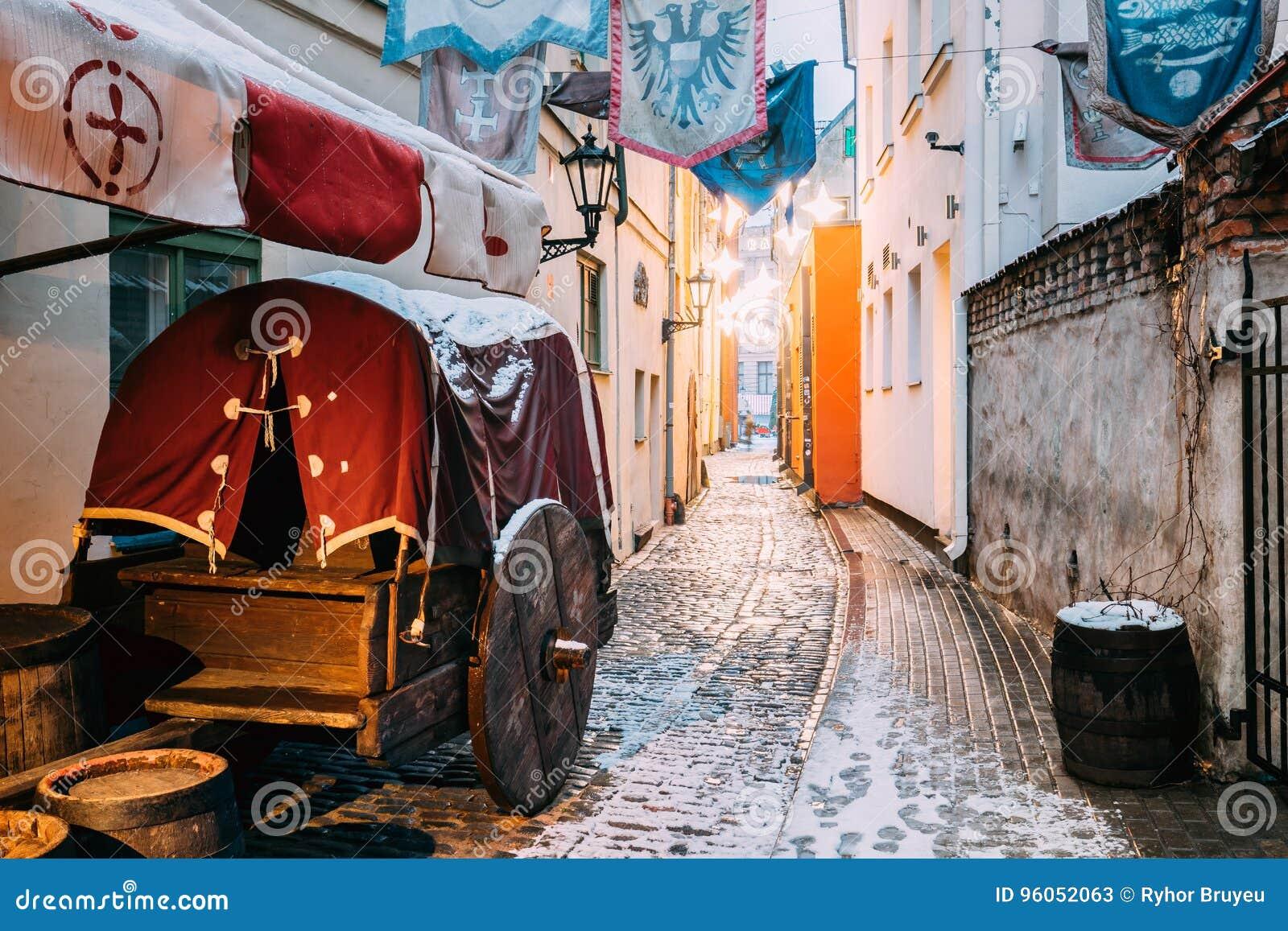 Riga, Lettonie Le vieux chariot médiéval traditionnel est dans la rue étroite