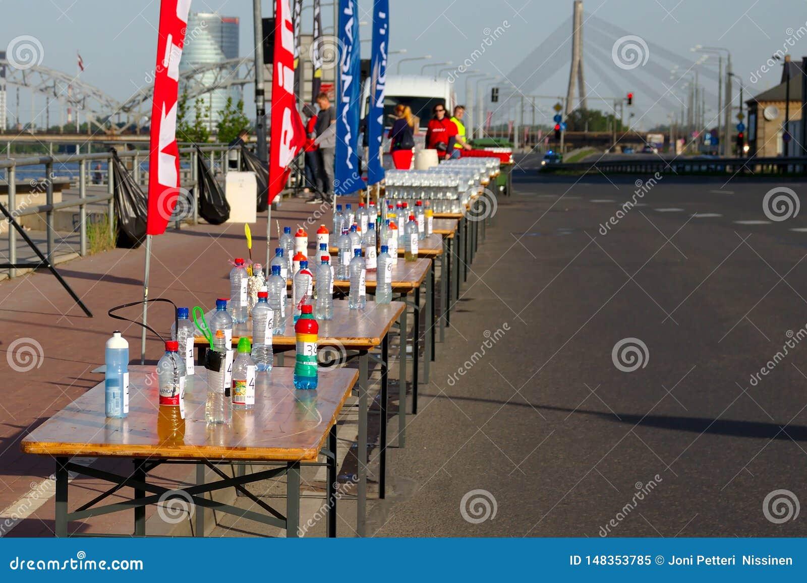 Riga, Lettonie - 19 mai 2019 : Rafra?chissements pr?par?s pour des marathoniens ? c?t? de la route vide