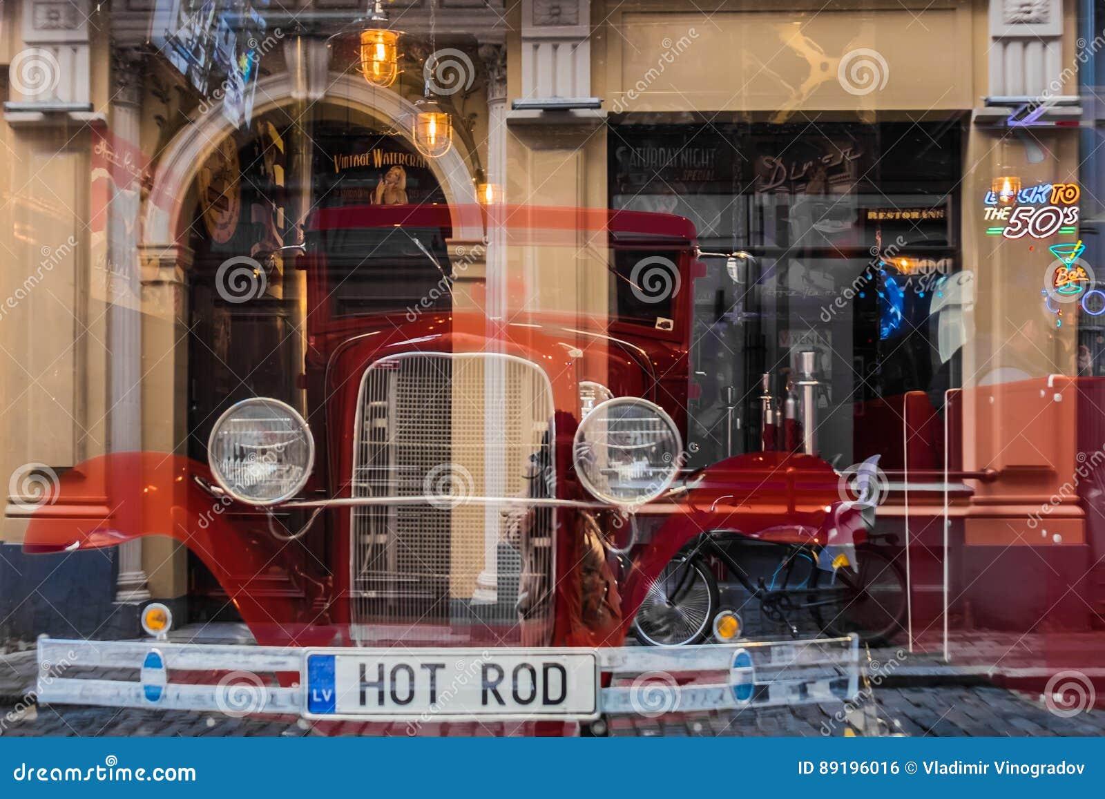 Riga, Lettonie - 20 mars 2017 : Hot rod dans la barre américaine de vintage avec des réflexions de photorgapher et de rue Foyer s