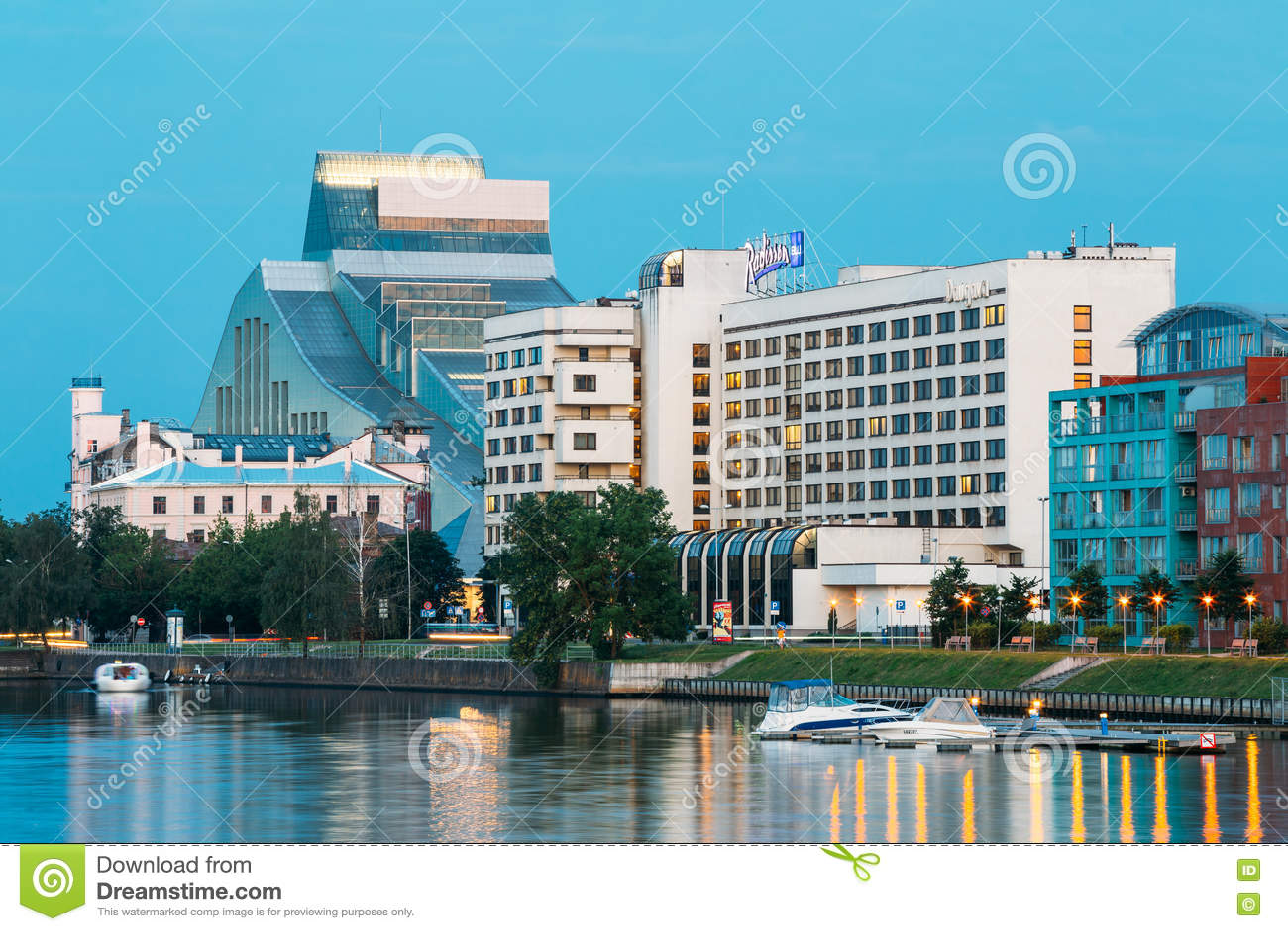 Riga Lettonie Paysage urbain de soirée à la banque de la rivière de dvina occidentale avec la serrure de bâtiment de Bibliothèque