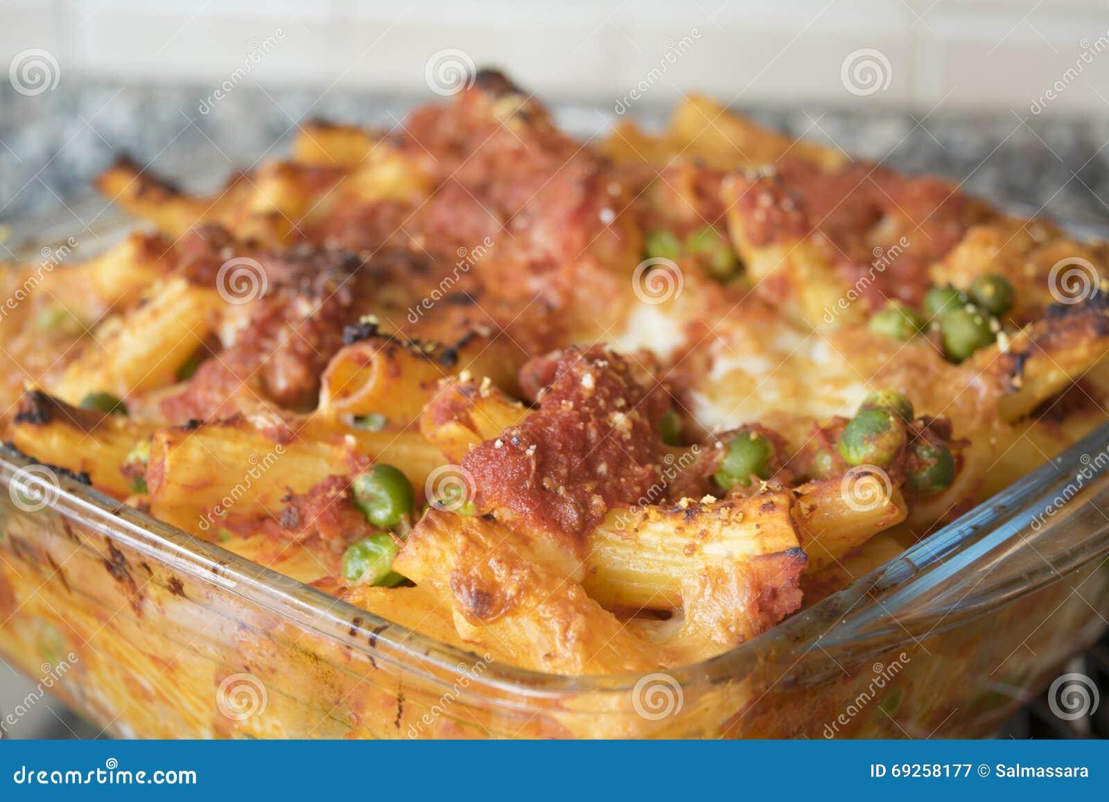Rigatoni cozido Meaty em uma bandeja do forno do vidro