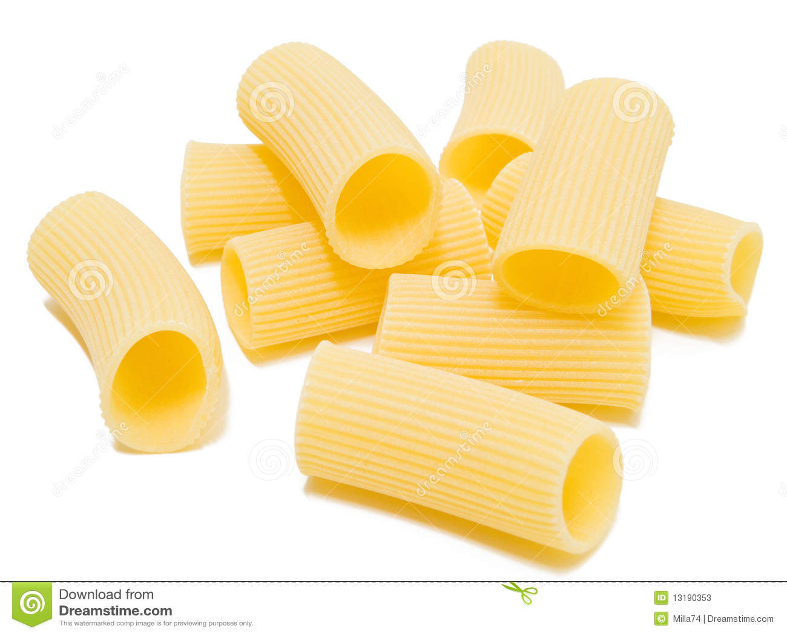 Rigatoni a isolé sur le blanc. Pâtes italiennes.