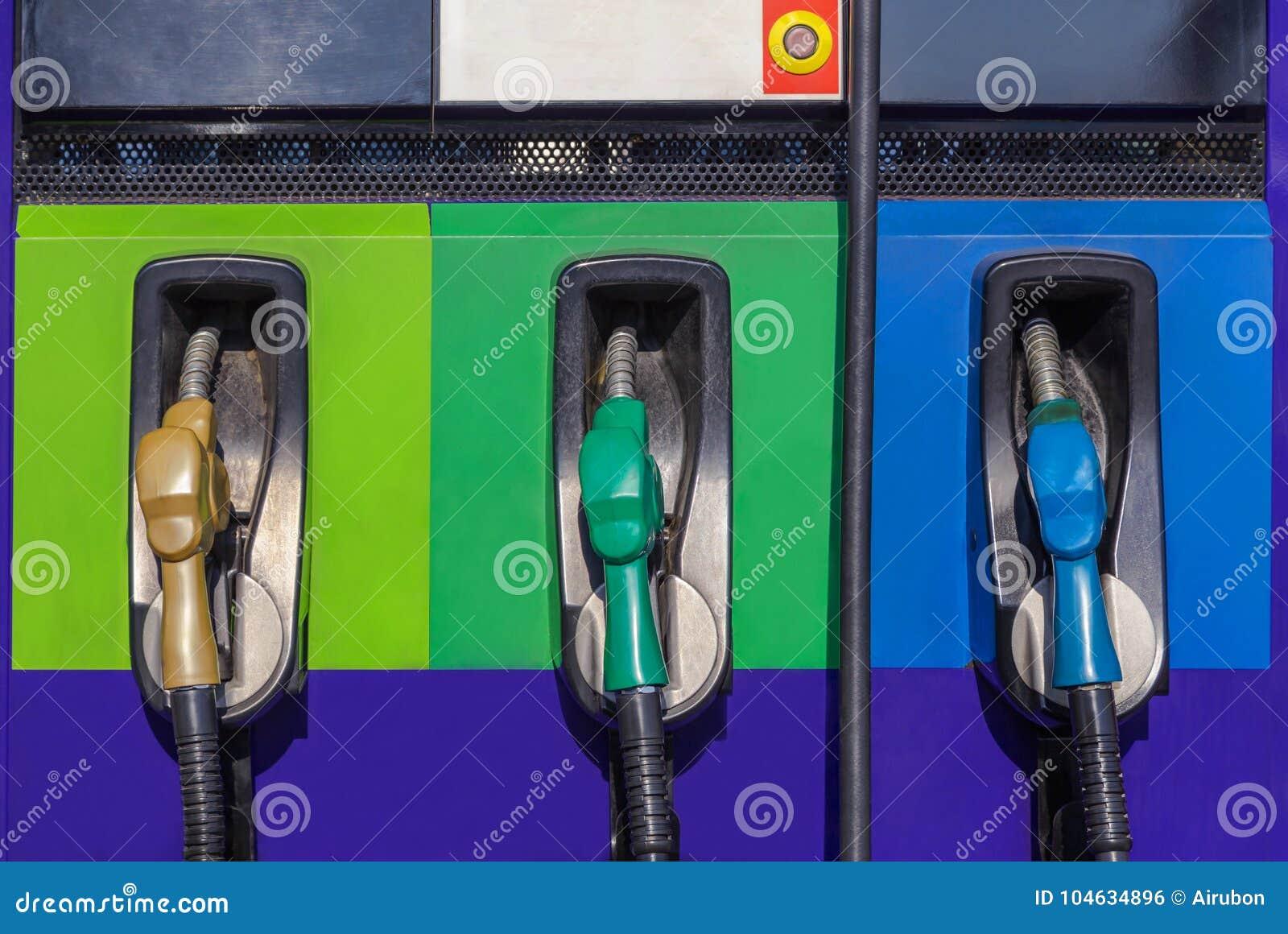 Download Rij Van De Pomp Van Brandstofpijpen Voor Auto Stock Foto - Afbeelding bestaande uit olie, machine: 104634896