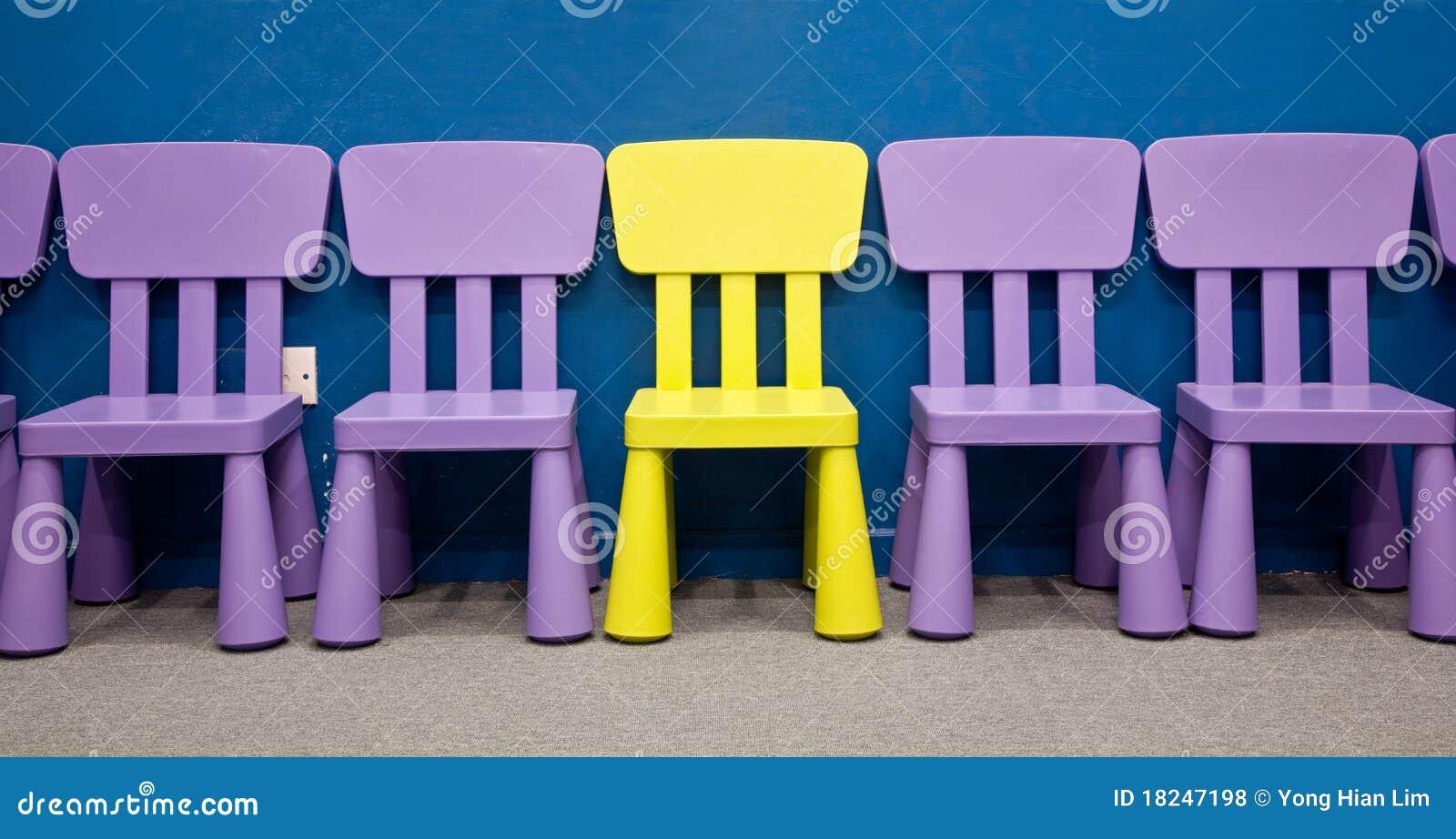 Rij van de stoelen van kinderen stock foto afbeelding bestaande