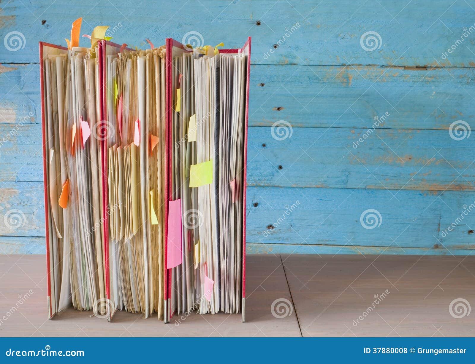 Rij van dossieromslagen met slordige documenten, vrije exemplaarruimte
