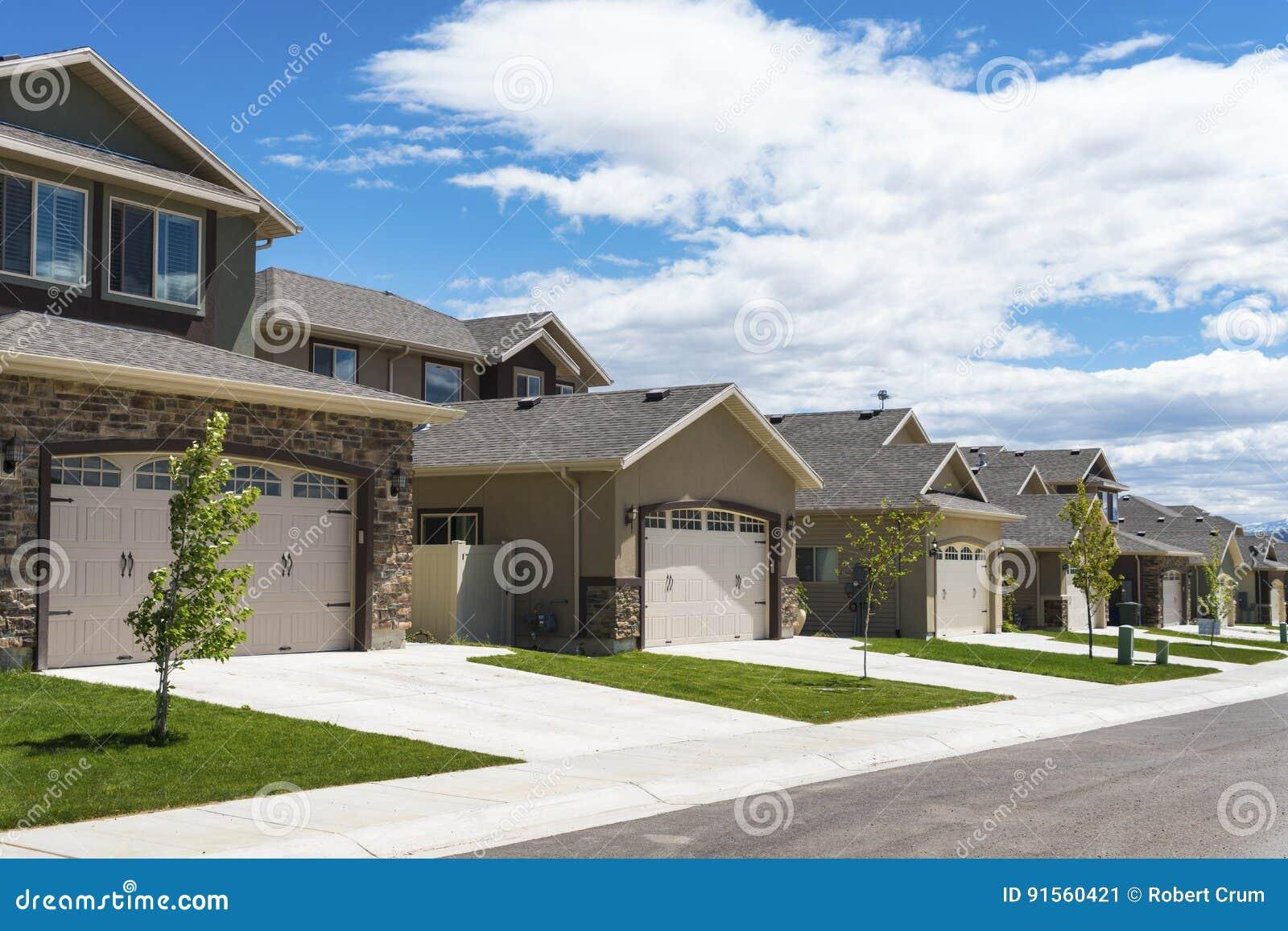 Rij van eigentijdse nieuwe huizen stock afbeelding afbeelding