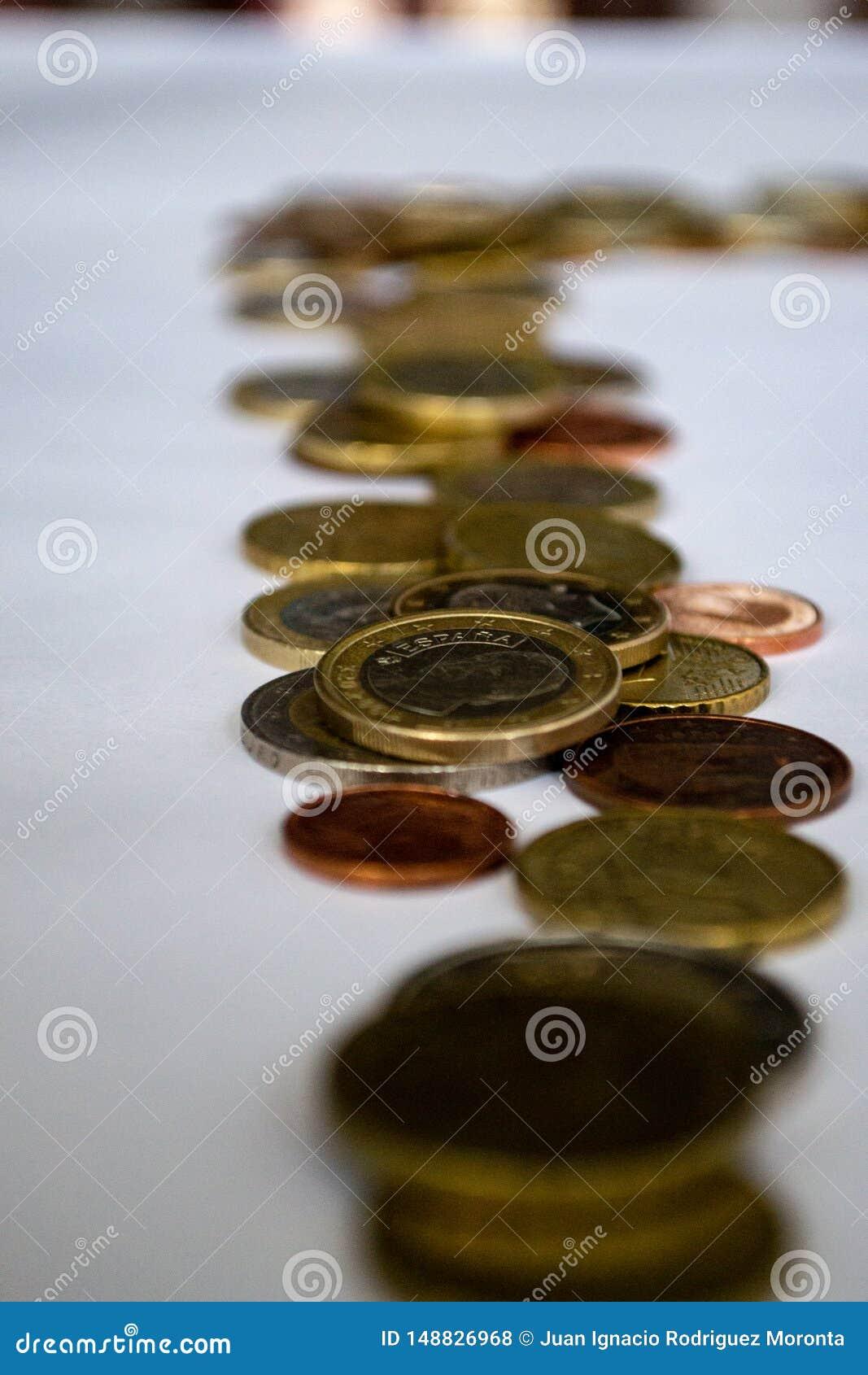 Rij van euro muntstukken