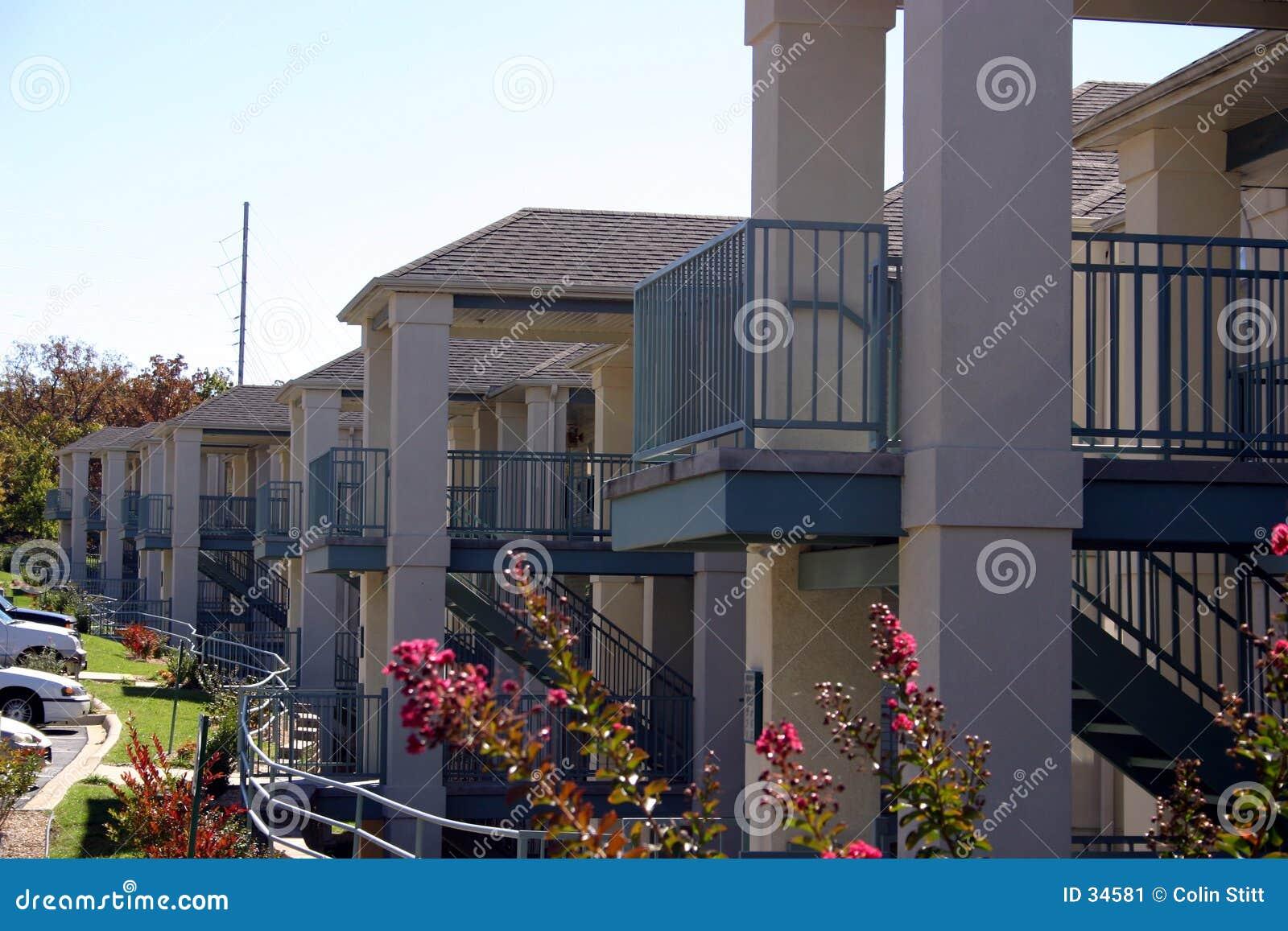 Rij van flatgebouwen met koopflats