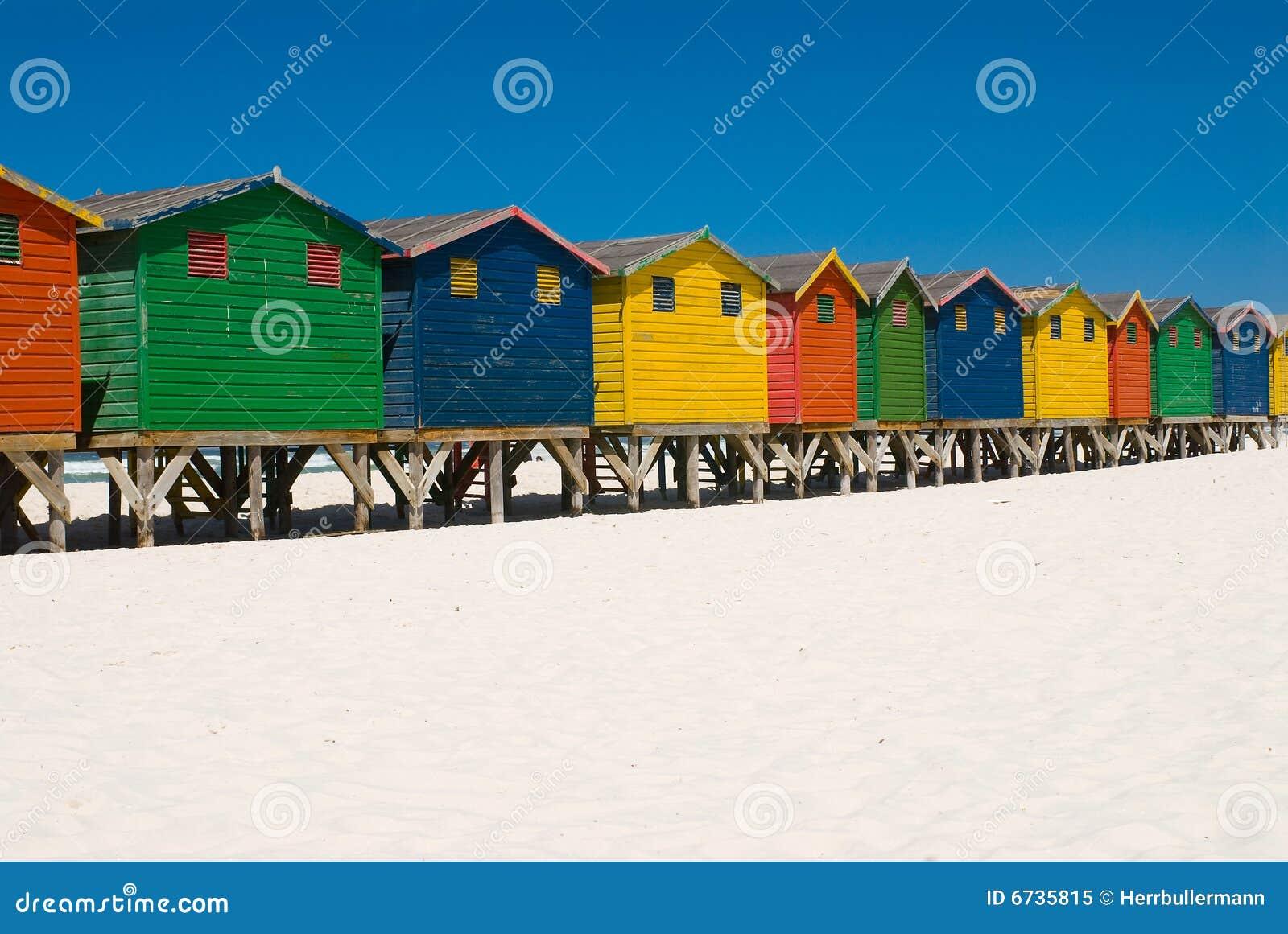 Rij van gekleurde strandhutten