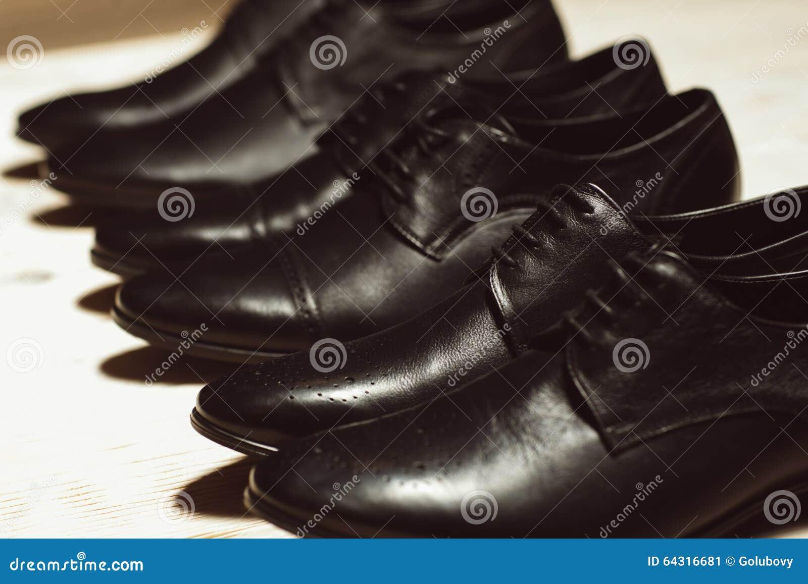 Rij van het leer klassieke schoenen van nieuwe mensen