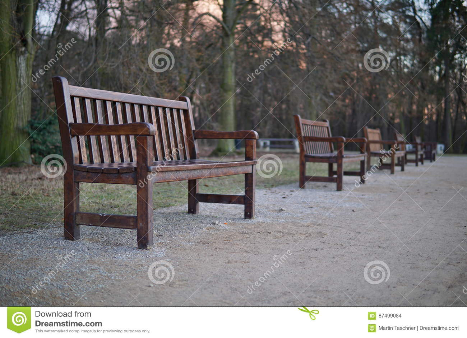 Park Als Tuin : Rij van houten banken in park als symbool van het ontspannen van