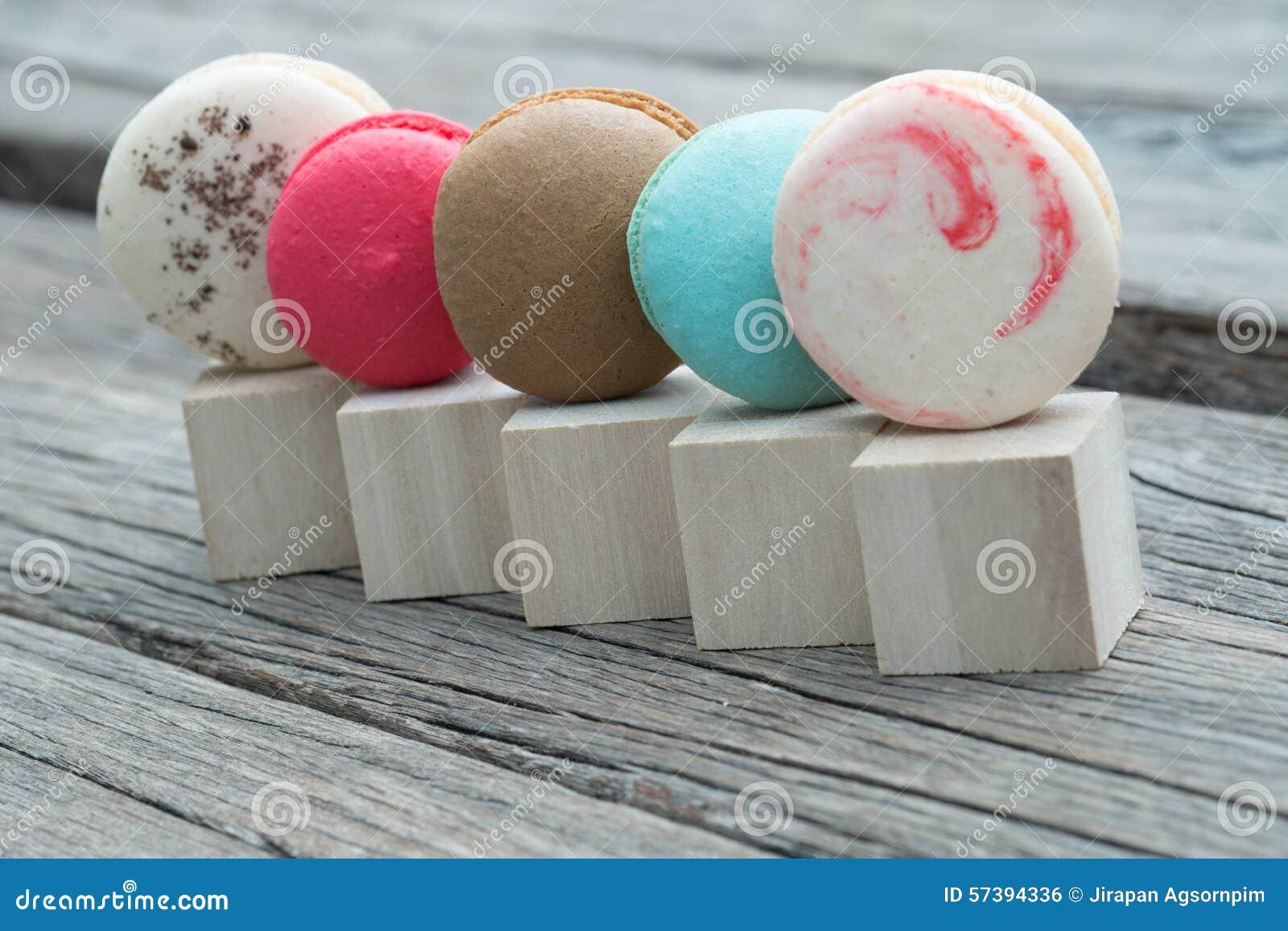 Rij van kleurrijke makarons op houten blok