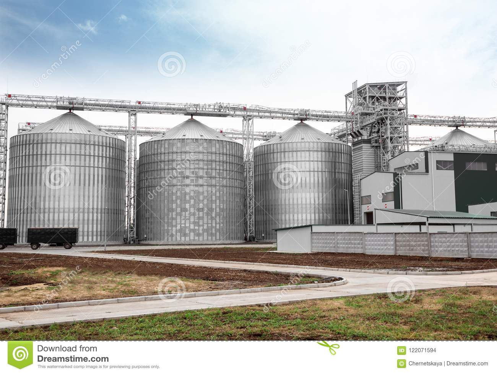 Rij van moderne graanschuuren voor het opslaan van korrels