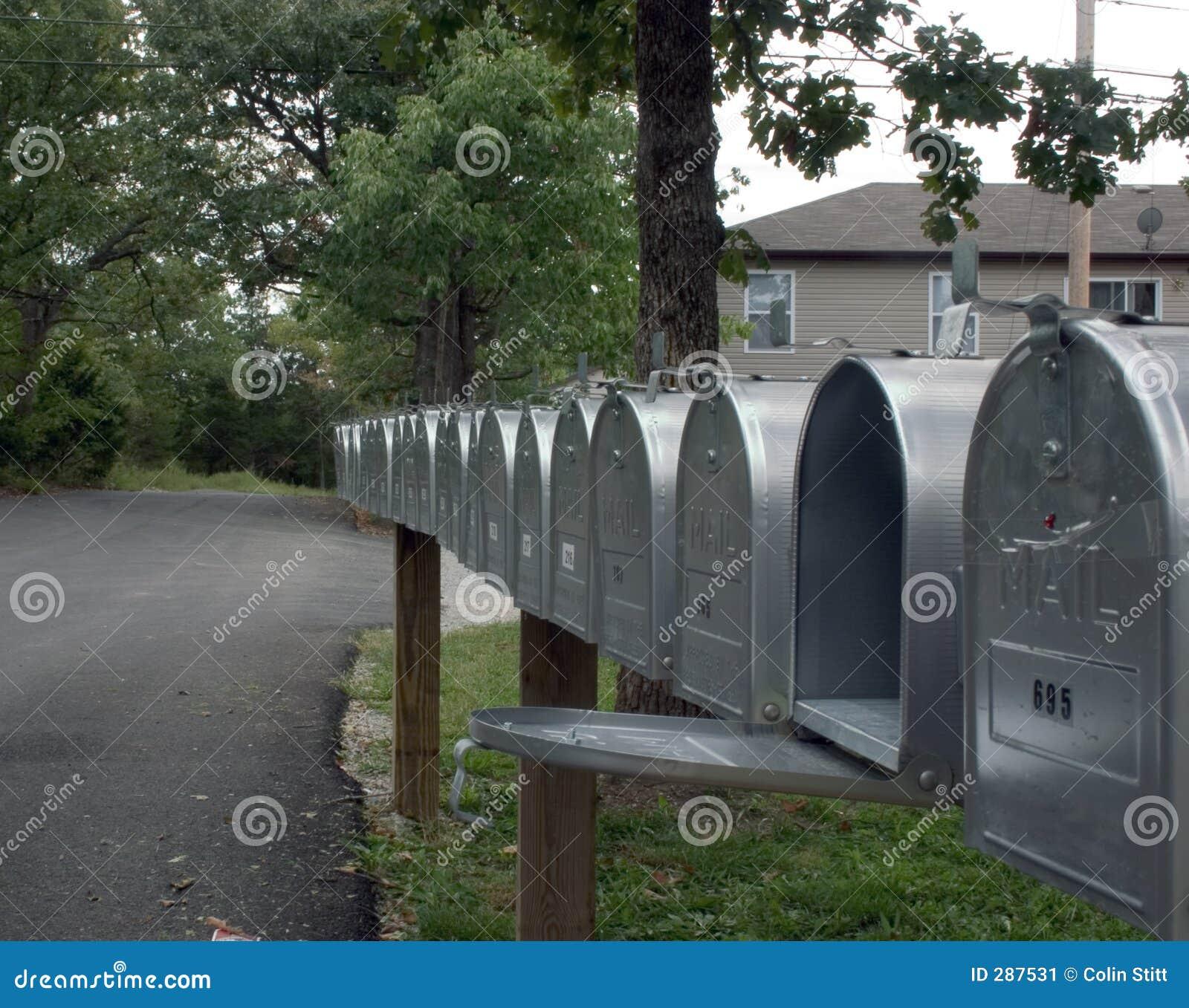 Rij van postdozen 2