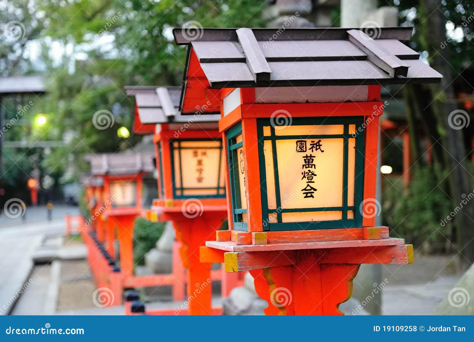 Rij van traditionele lampen in japanse tempel royalty for Lampen japan