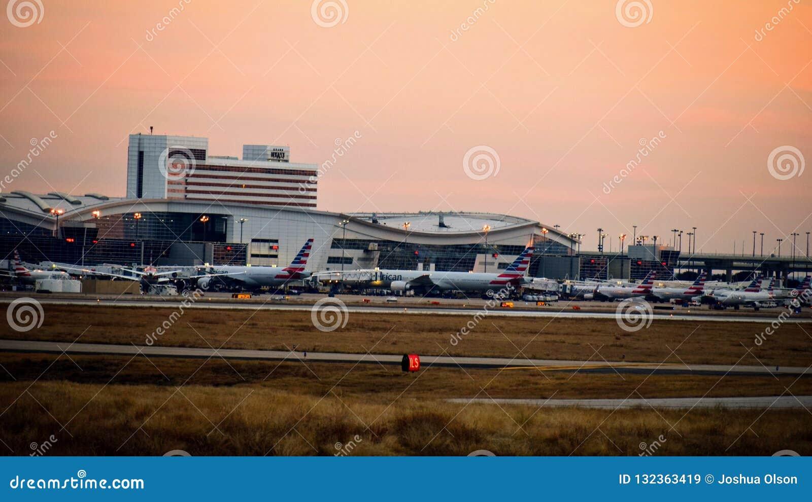 Rij van vliegtuigen bij een luchthaventerminal