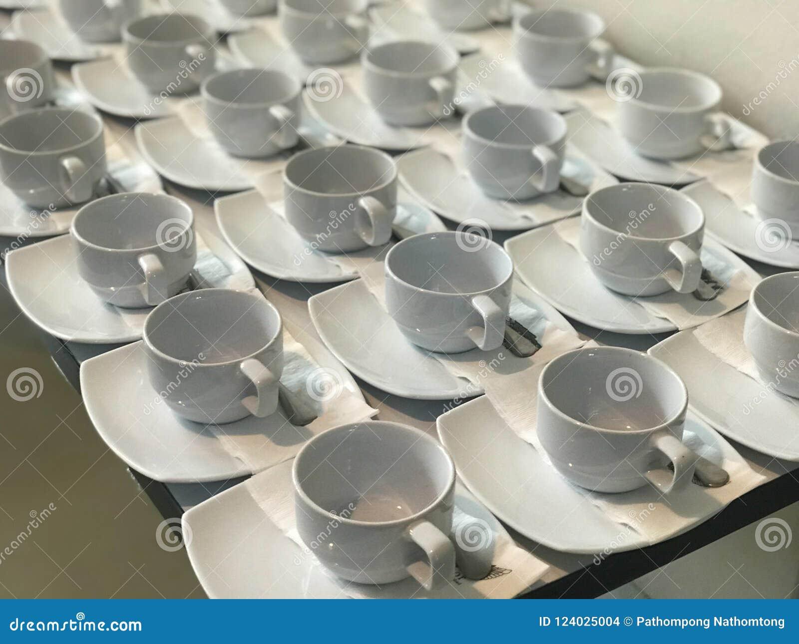 Rij van witte kop van koffie