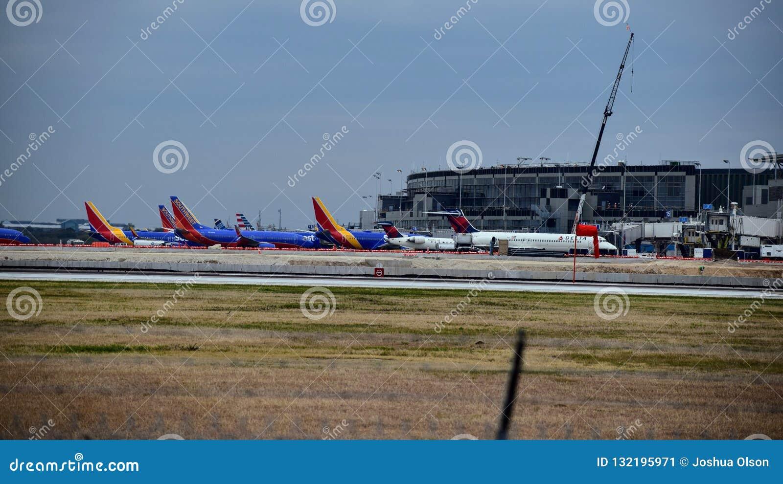 Rij van Zuidwesten en Delta Airlines-vliegtuigen bij hun poorten wordt geparkeerd die