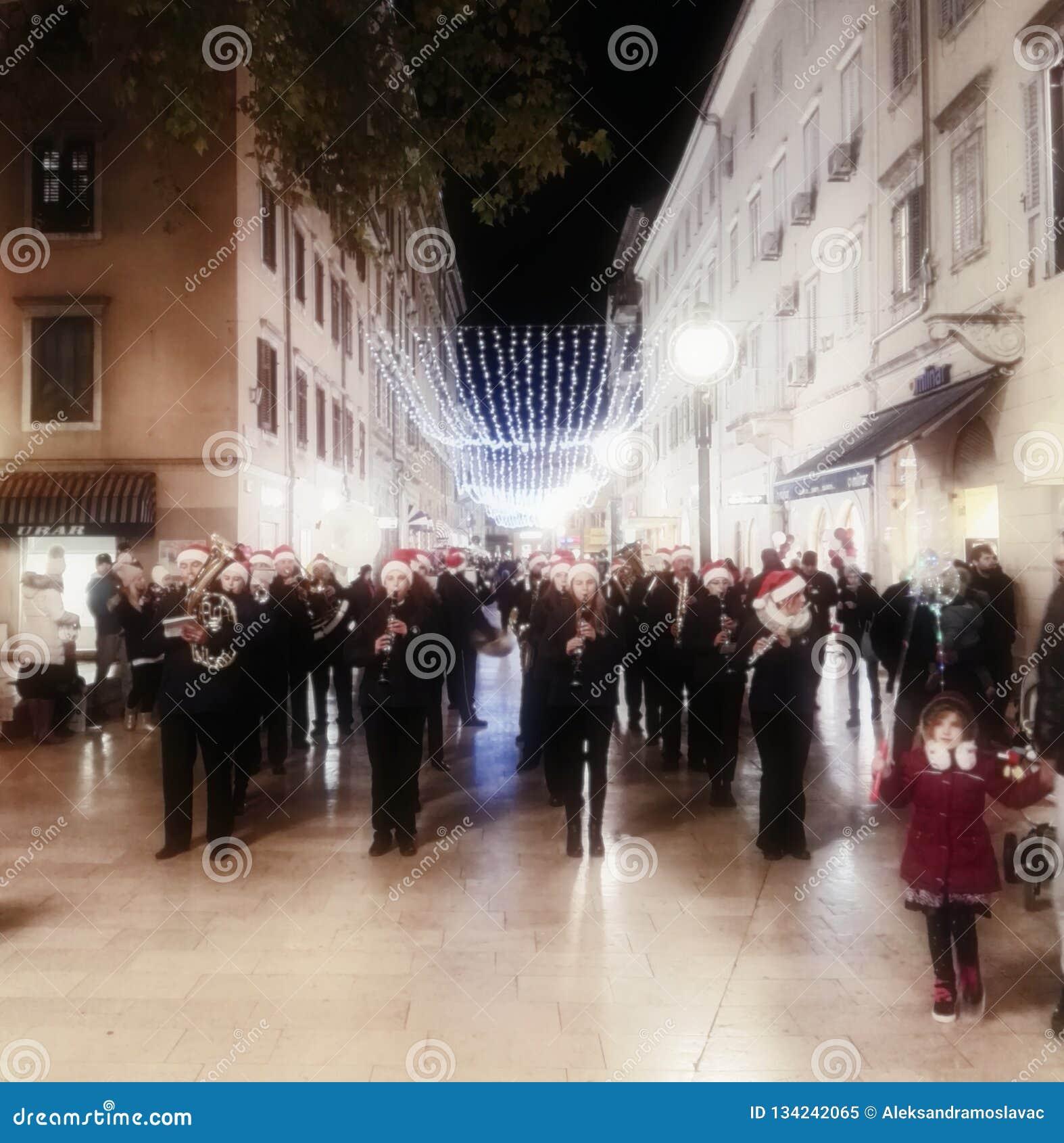 Rijeka, Κροατία, στις 12 Δεκεμβρίου 2018 Μουσικοί στην οδό της κροατικής πόλης Rijeka στο χρόνο Χριστουγέννων