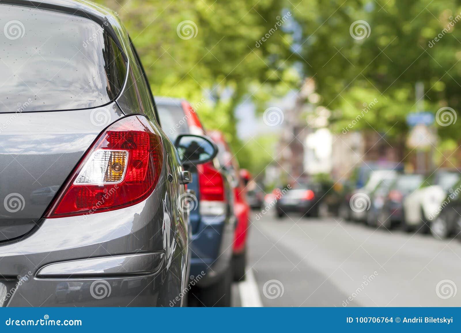 Rijen van auto s op de kant van de weg in woondistrict worden geparkeerd dat