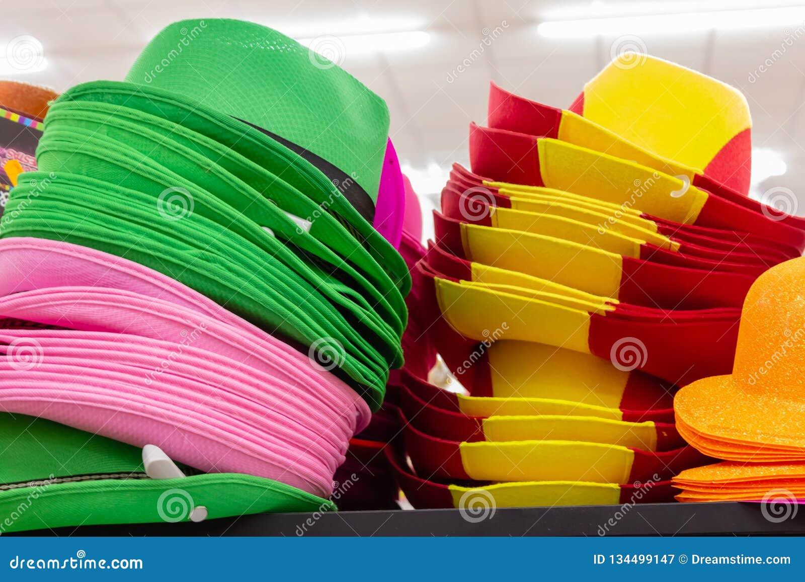 Rijen van multi-colored hoeden van stropanama