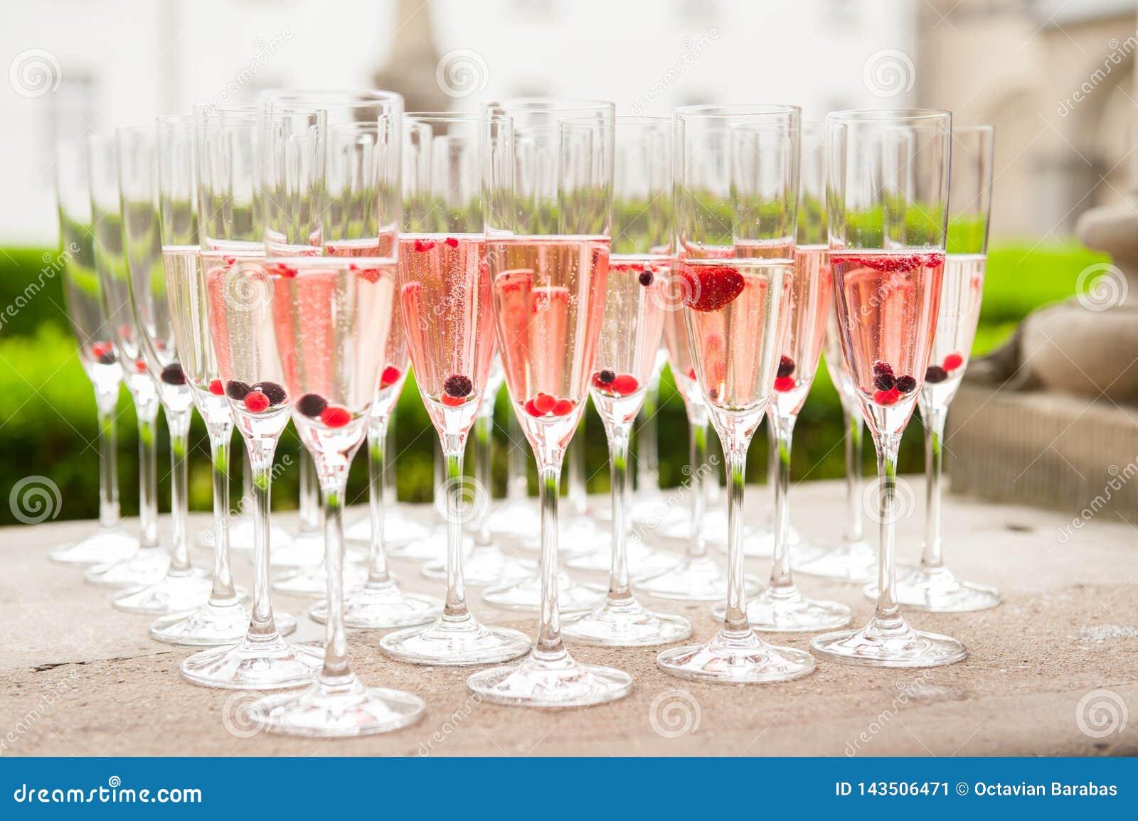 Rijen van wijnglases met wijn en vruchten