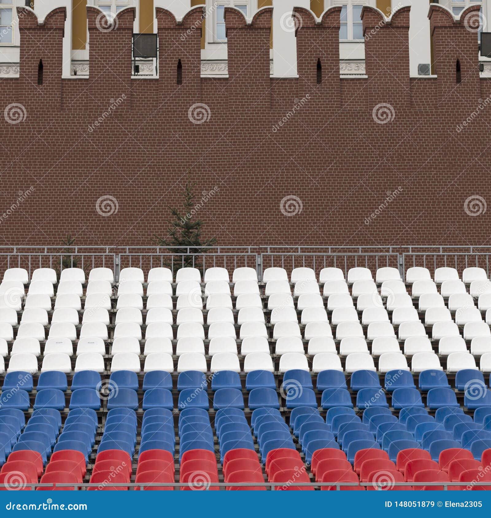 Rijen van zetels in de kleuren van de Russische vlag op Rood Vierkant in Moskou