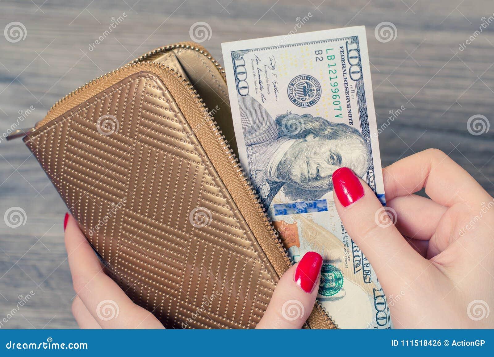 Rijke vrouw die uit beursgeld nemen