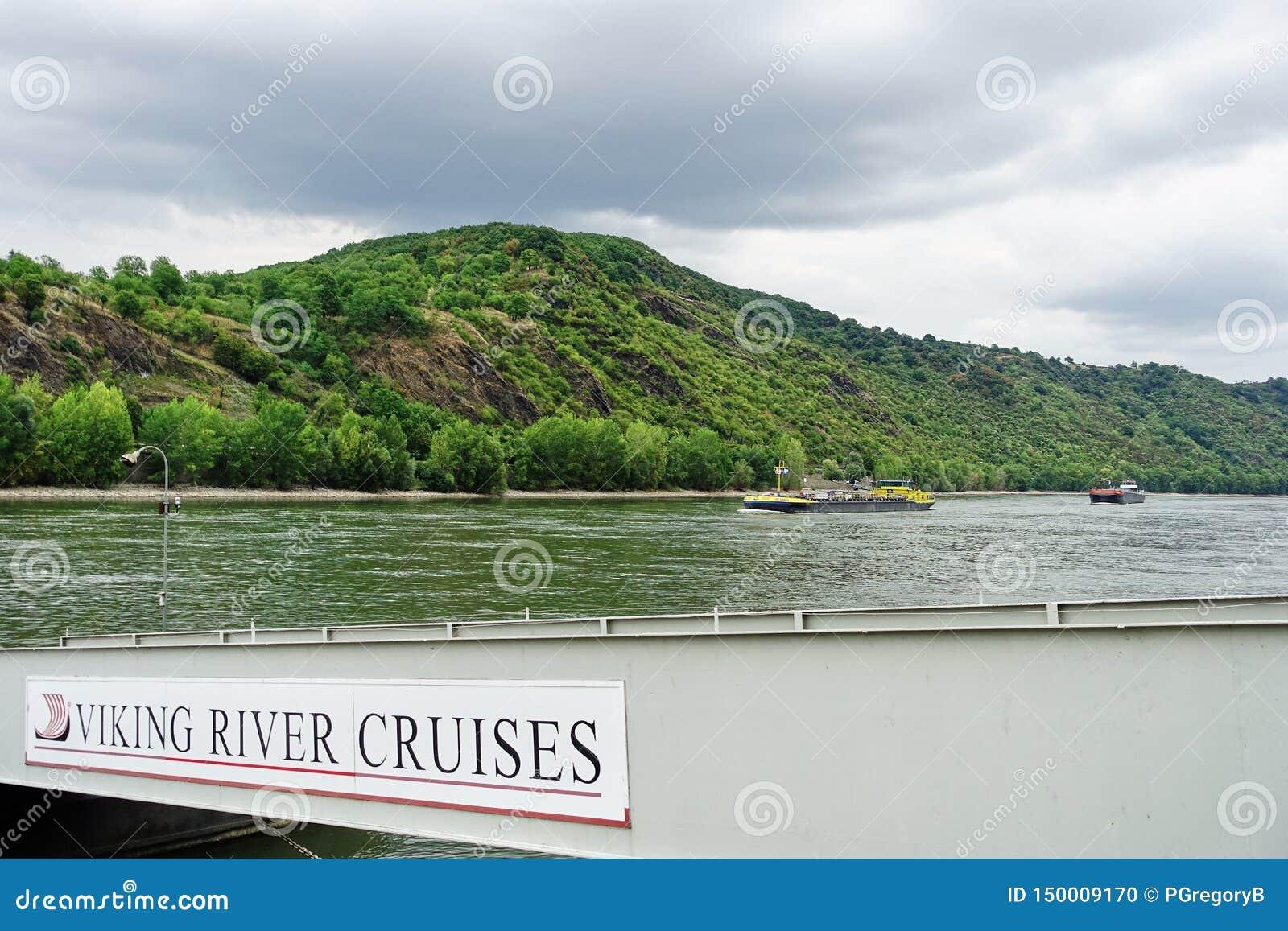 Rijn-Rivier met Viking River Cruises-teken op doorgang