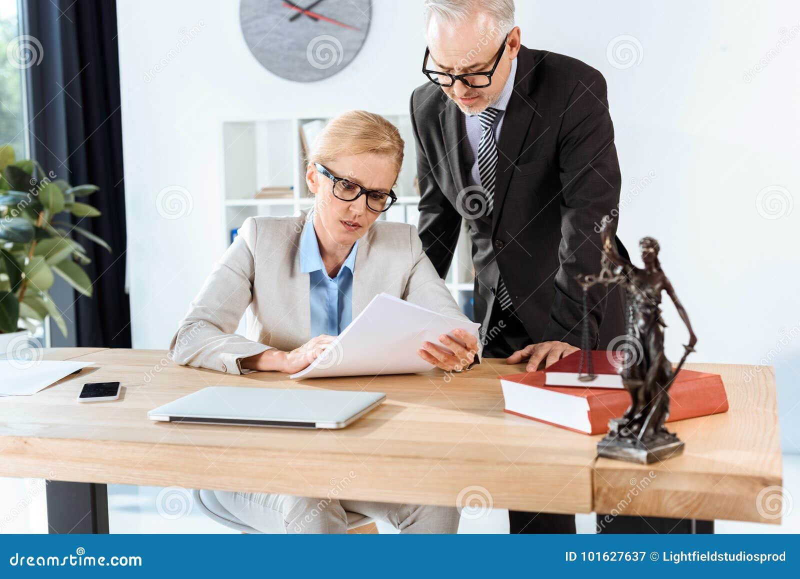 Rijpe advocaten met administratie