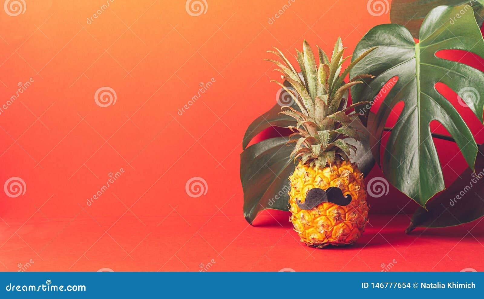 Rijpe ananas met een zwarte snor op een rode achtergrond, met grote groene bladeren van de installatie Grappig gezicht van voedse