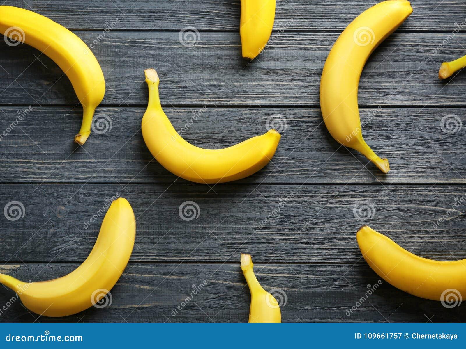 Rijpe bananen op achtergrond