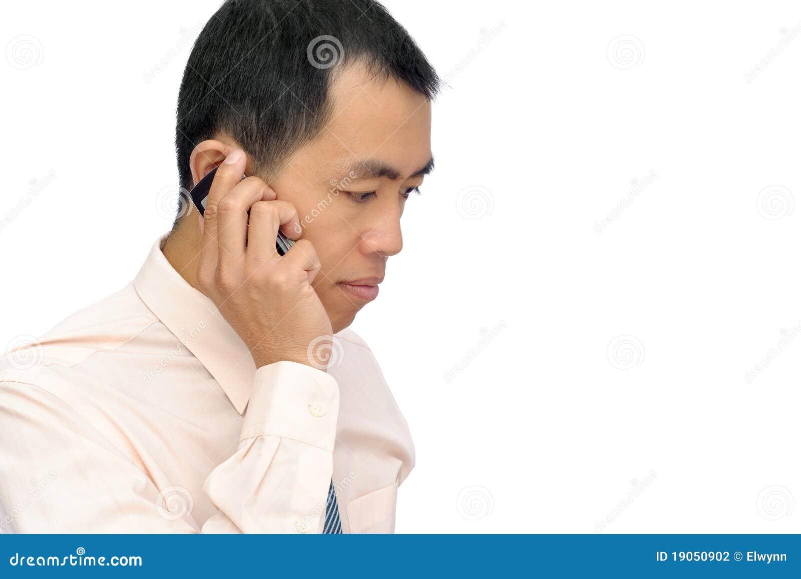 Rijpe bedrijfsmens die cellphone gebruikt