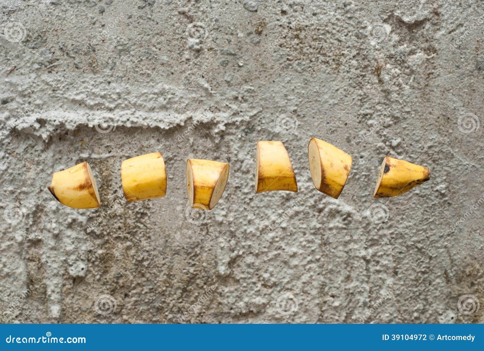 Rijpe die banaan in plakken wordt gesneden