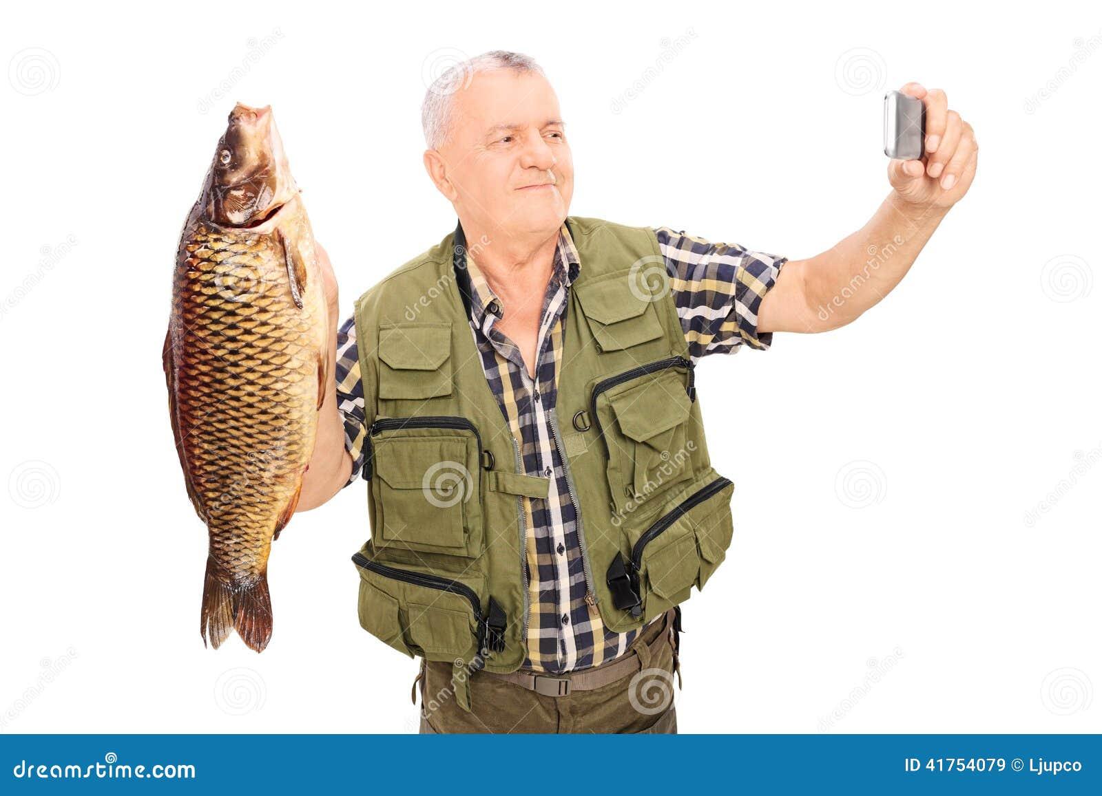 Rijpe een vis houden en visser die selfie nemen