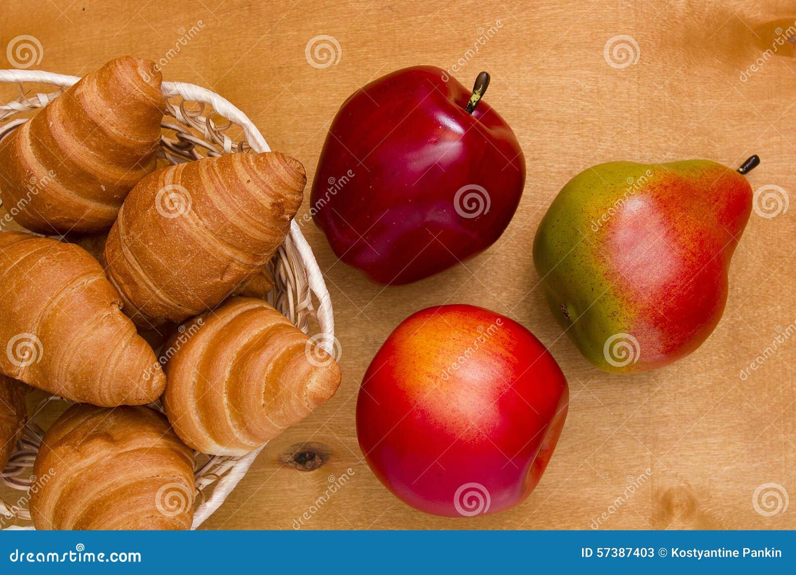 Rijpe fruit en croissants