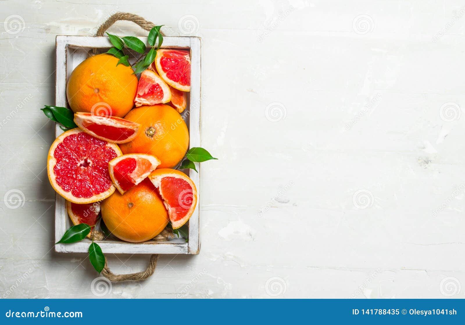 Rijpe grapefruit op een dienblad