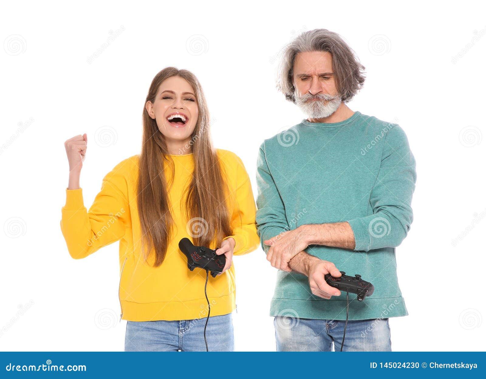 Rijpe man en jonge vrouw het spelen videospelletjes met geïsoleerde controlemechanismen